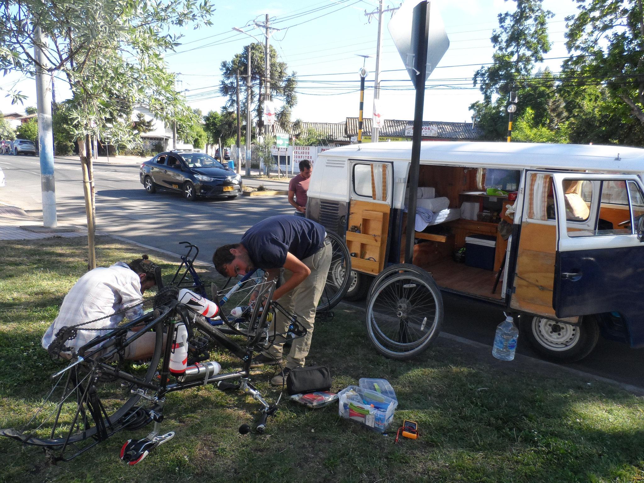 Mission démontage des vélos pour les faire rentrer dans le van