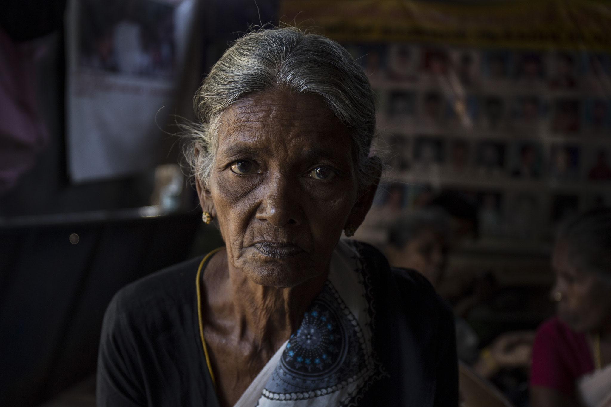 Eine Frau aus dem Protestcamp vermisst ihre Tochter, die im Bürgerkrieg von singhalesischen Soldaten verschleppt wurde. Vavuniya, 2018
