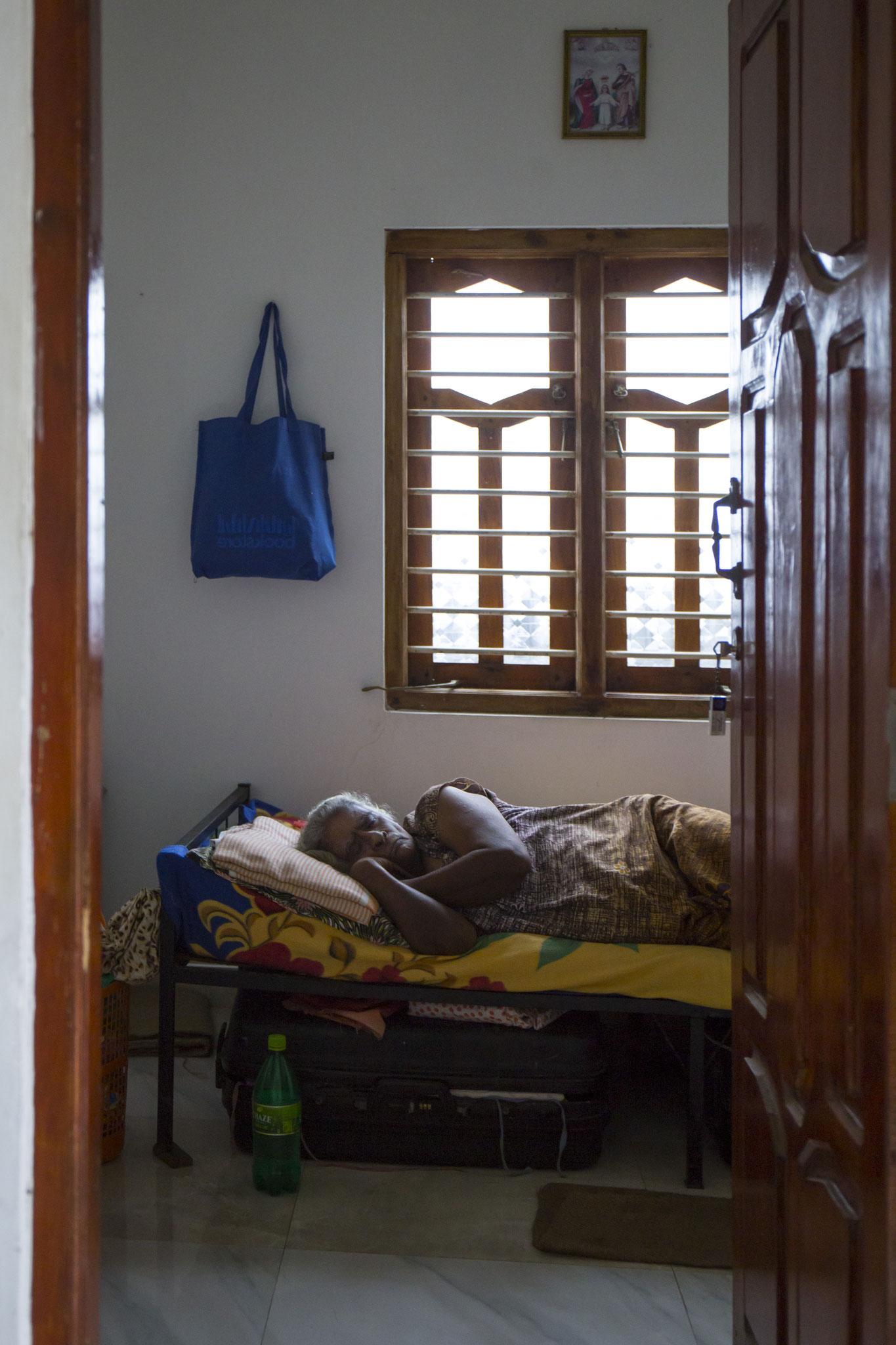 Amma ist häufig sehr müde und schläft tagsüber mal im Flur des Gasthauses oder in ihrem Bett bei offener Tür. Mullaitivu, 2018
