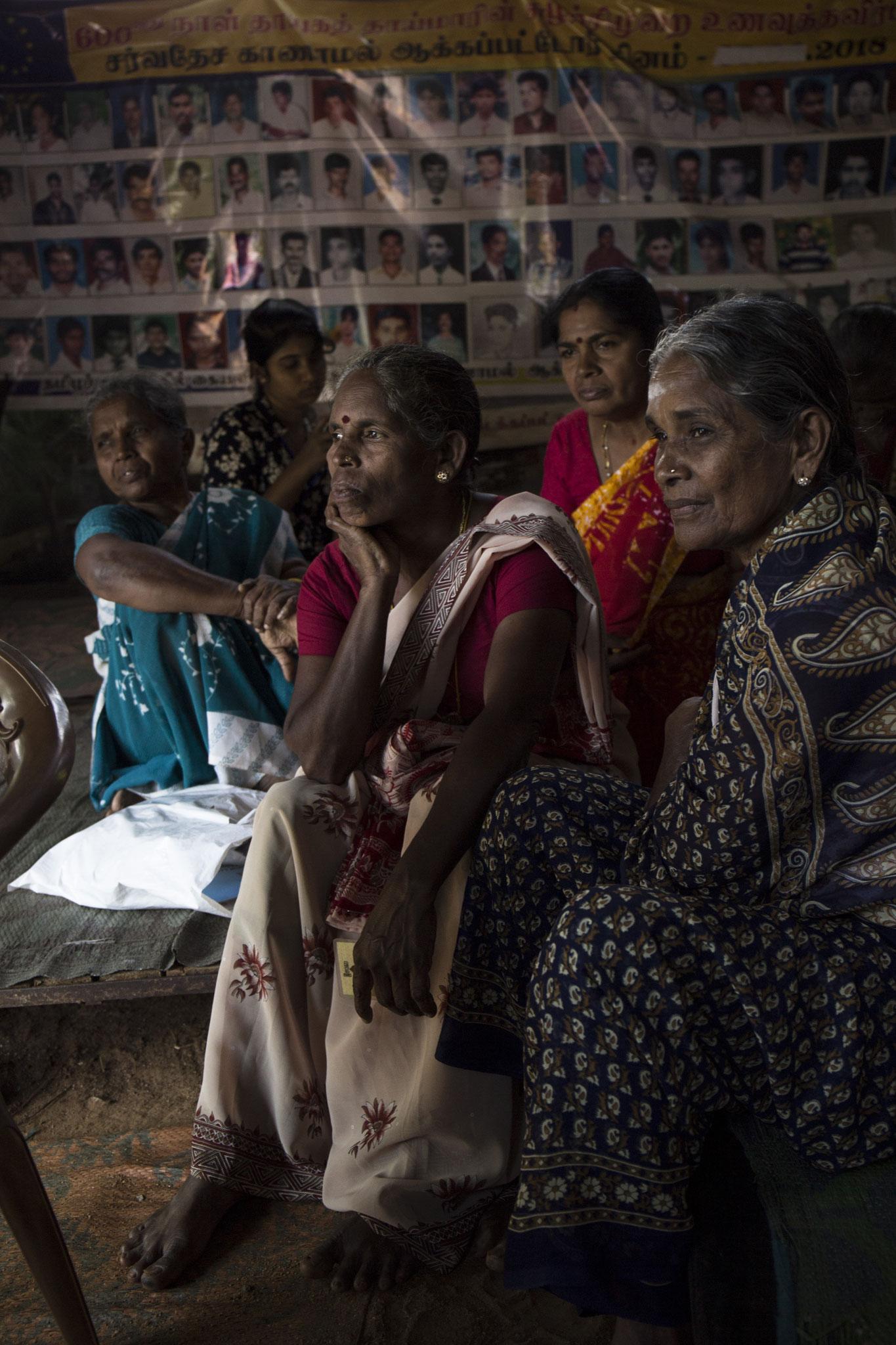 Im Alltag der Frauen im Protestcamp sitzen sie meist zusammen im Zelt und warten auf Menschen, die sich bei ihnen informieren möchten. Vavuniya, 2018