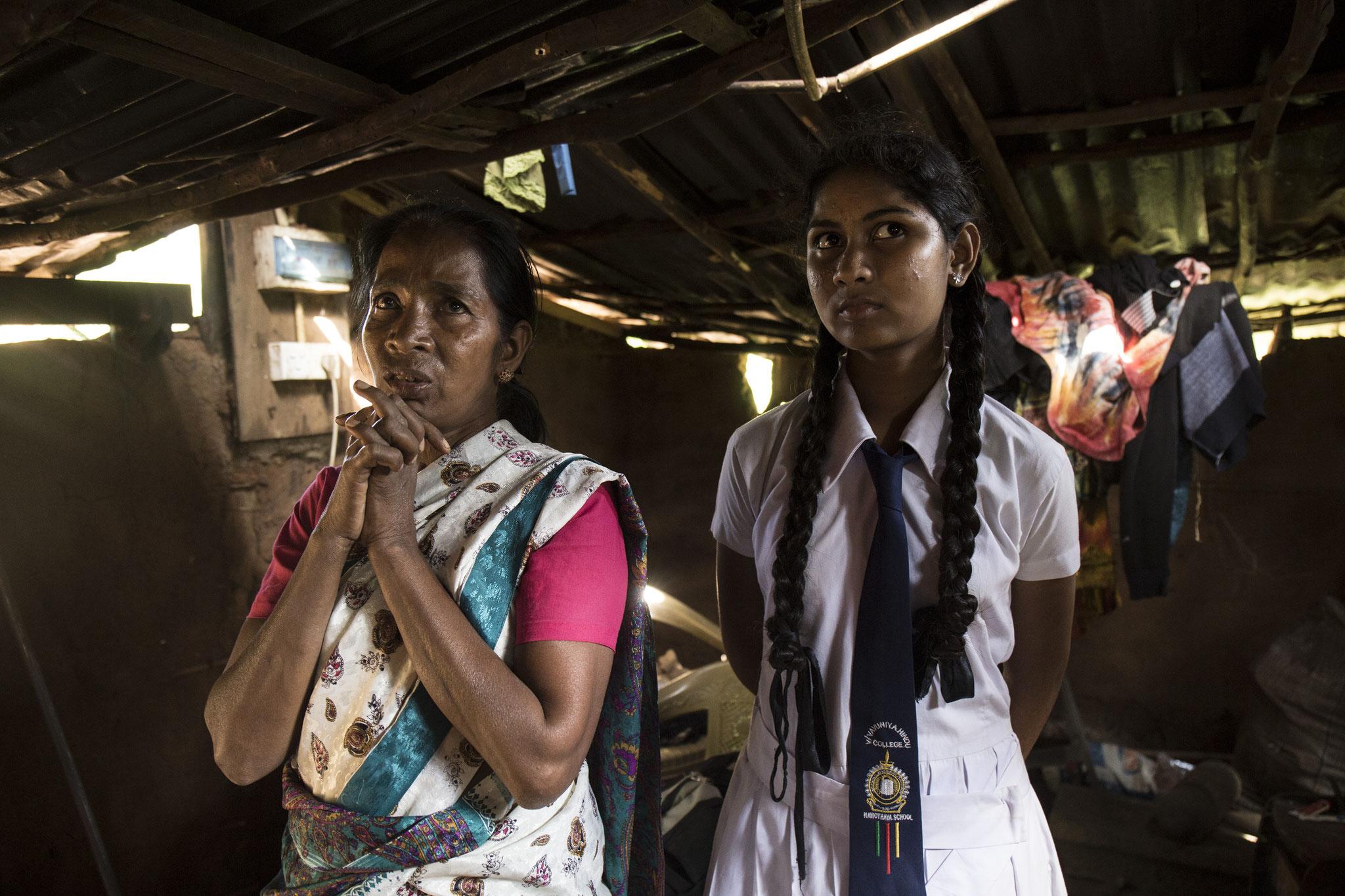 Annalaxmi und ihre Tochter stehen in ihrer Lehmhütte. Vavuniya, 2018