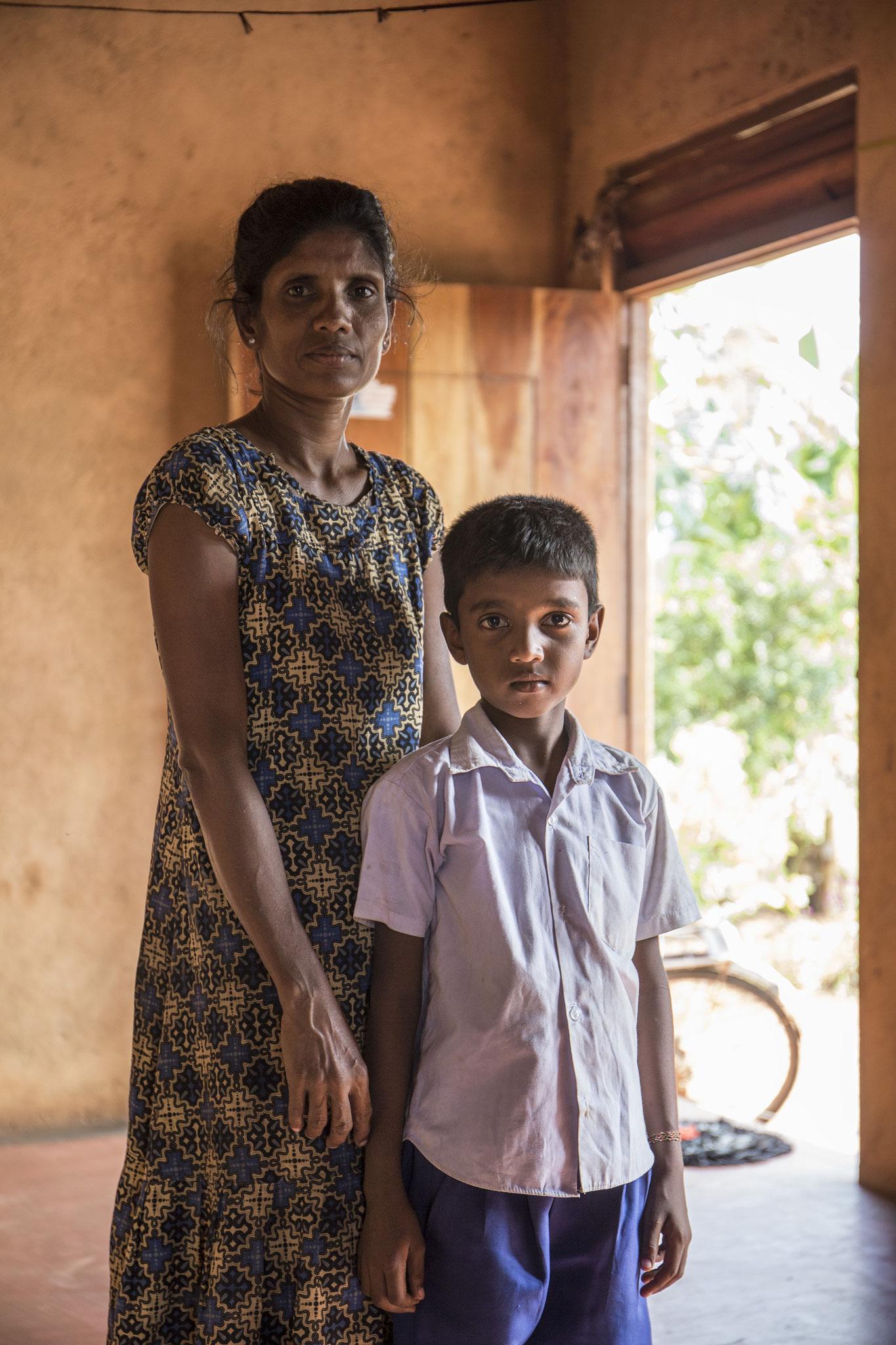 Die Witwe lebt mit ihren beiden Kindern in einem Dorf für Vertriebene. Ihren Mann verlor sie während des Bürgerkrieges. Keerimalai, 2018