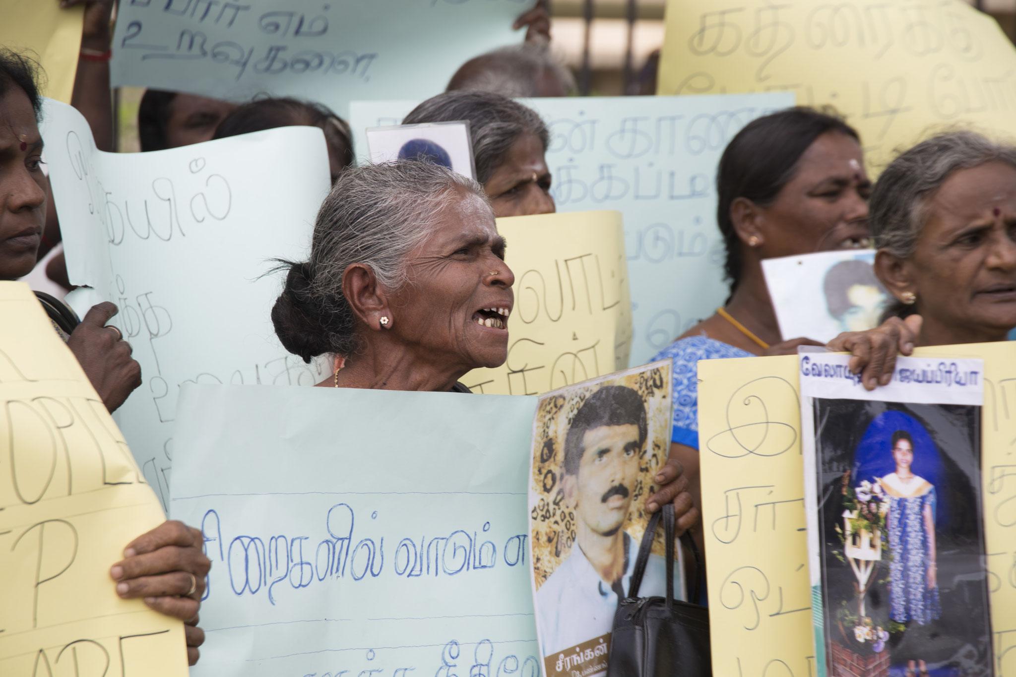Auf der Demonstration am Human Rights Day schreit eine Frau nach Gerechtigkeit. Mullaitivu, 2018