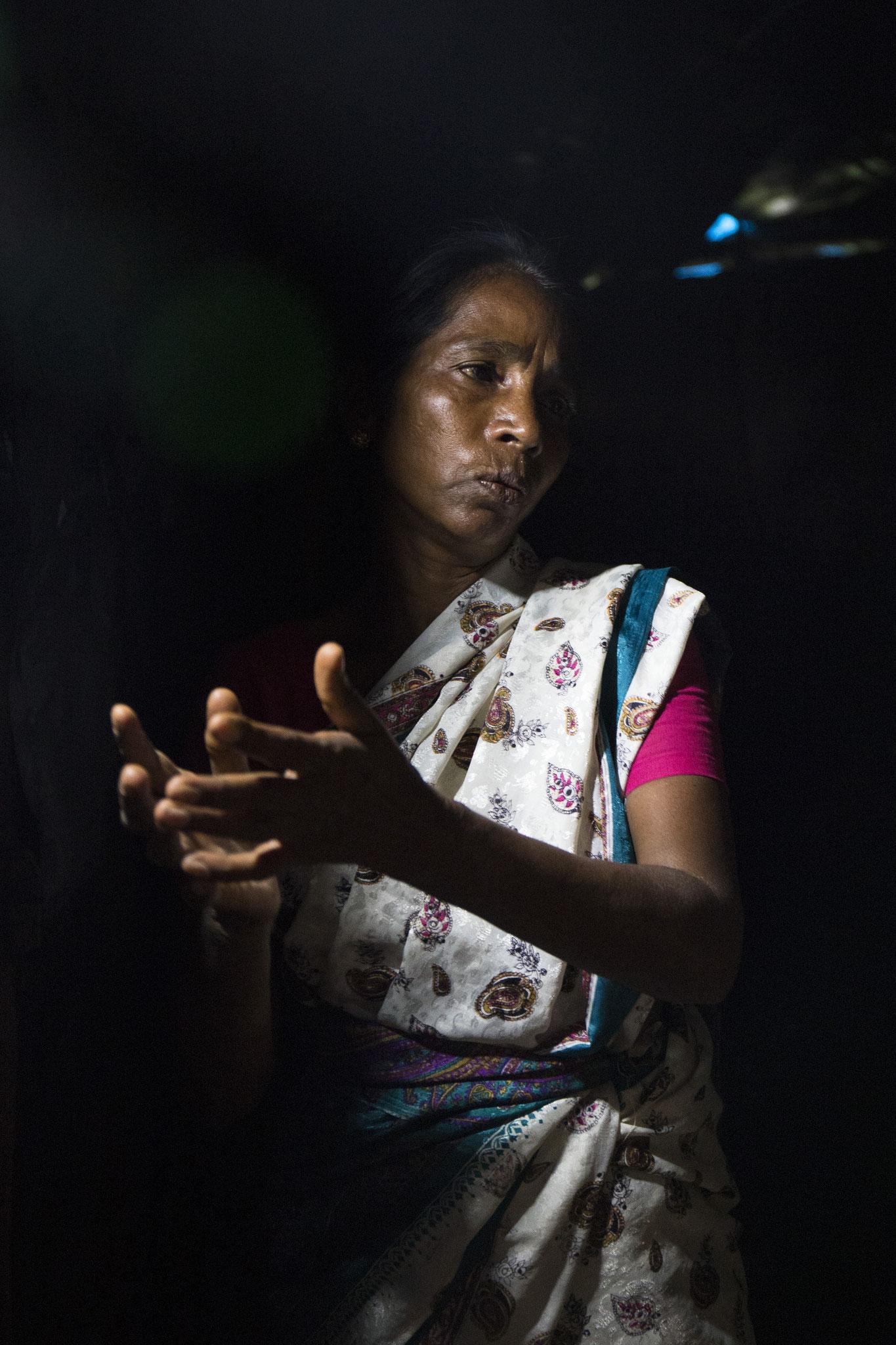 Annalaxmi zeigt ihr bescheidenes Haus. Vavuniya, 2018