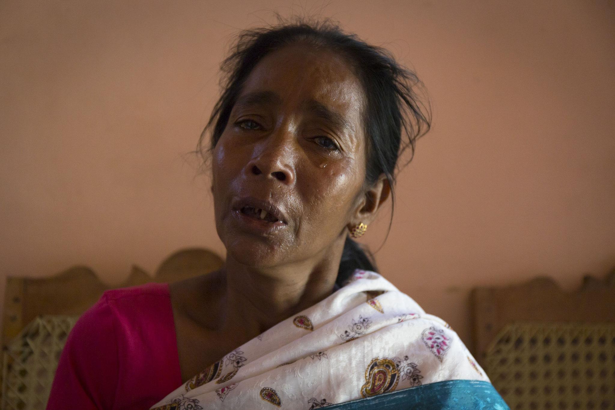 Annalaxmi kann nicht aufhören zu weinen, während sie die Geschichte ihrer Familie erzählt. Vavuniya, 2018