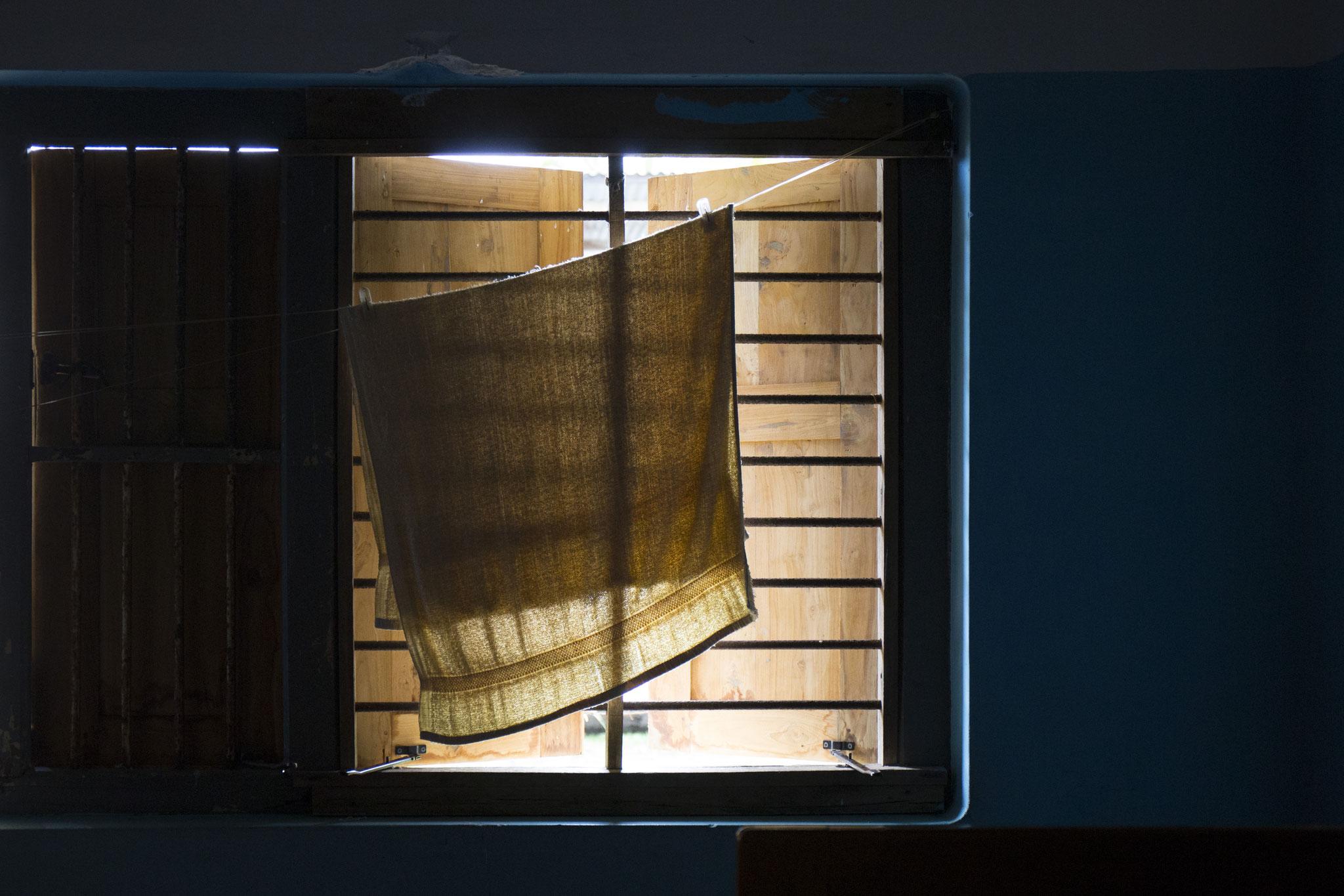 Ein Handtuch trocknet am Fenster. Zu Besuch bei Ammas Schwester, die in der Nachbarschaft wohnt. Mullaitivu, 2018