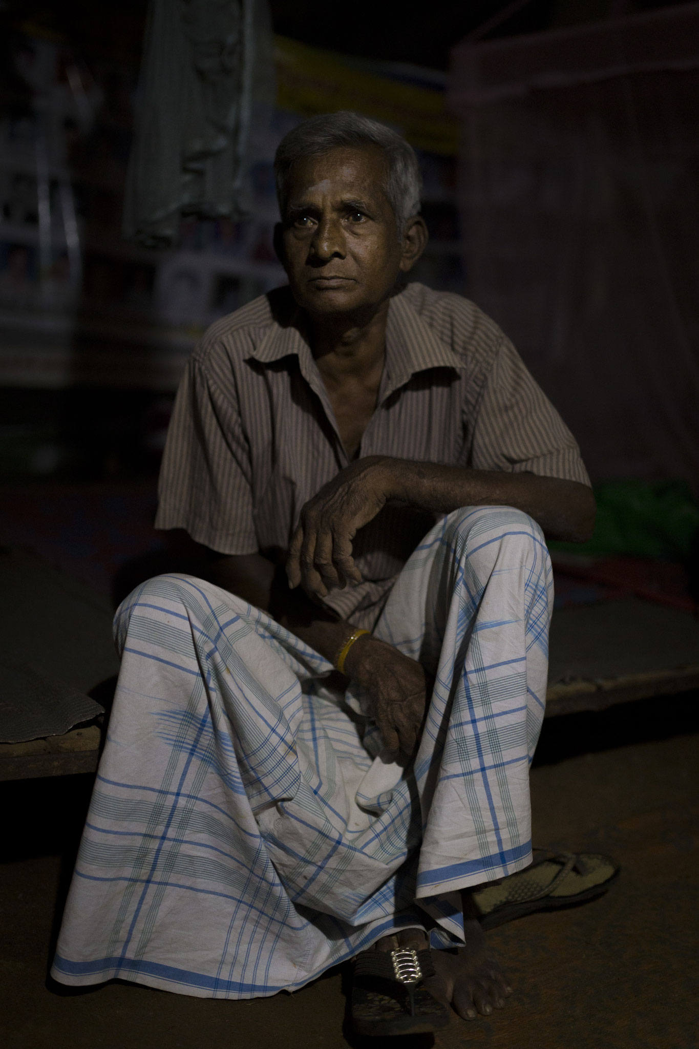 Unter den vielen Frauen im Protestcamp gibt es einen Mann, der dort um die Antwort kämpft, wo sein Sohn seit dem Bürgerkrieg geblieben ist. Vavuniya, 2018