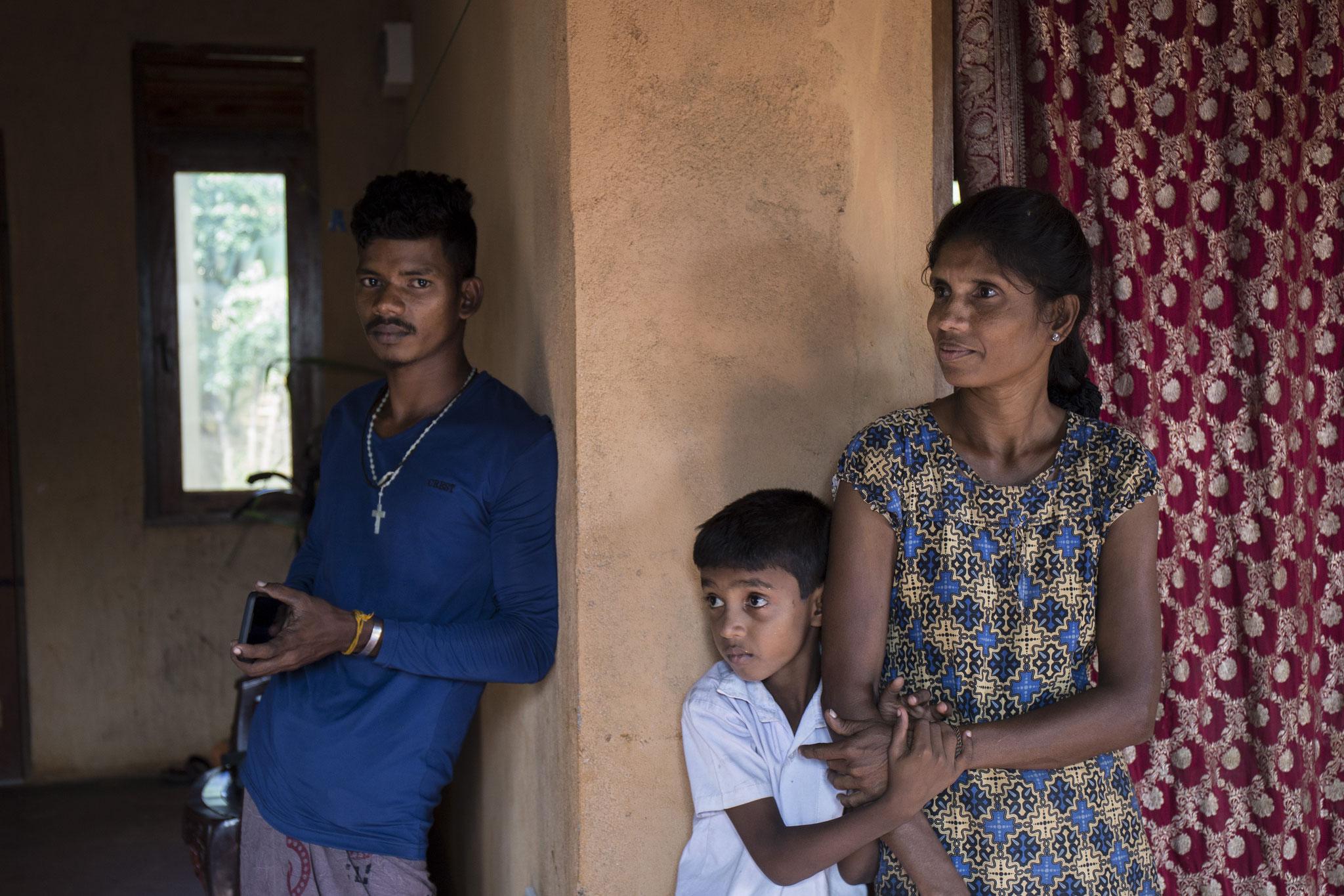 Die Witwe lebt mit ihren beiden Kindern in einem Dorf für Vertriebene. Ihr jugendlicher Sohn muss für die dreiköpfige Familie sorgen. Keerimalai, 2018