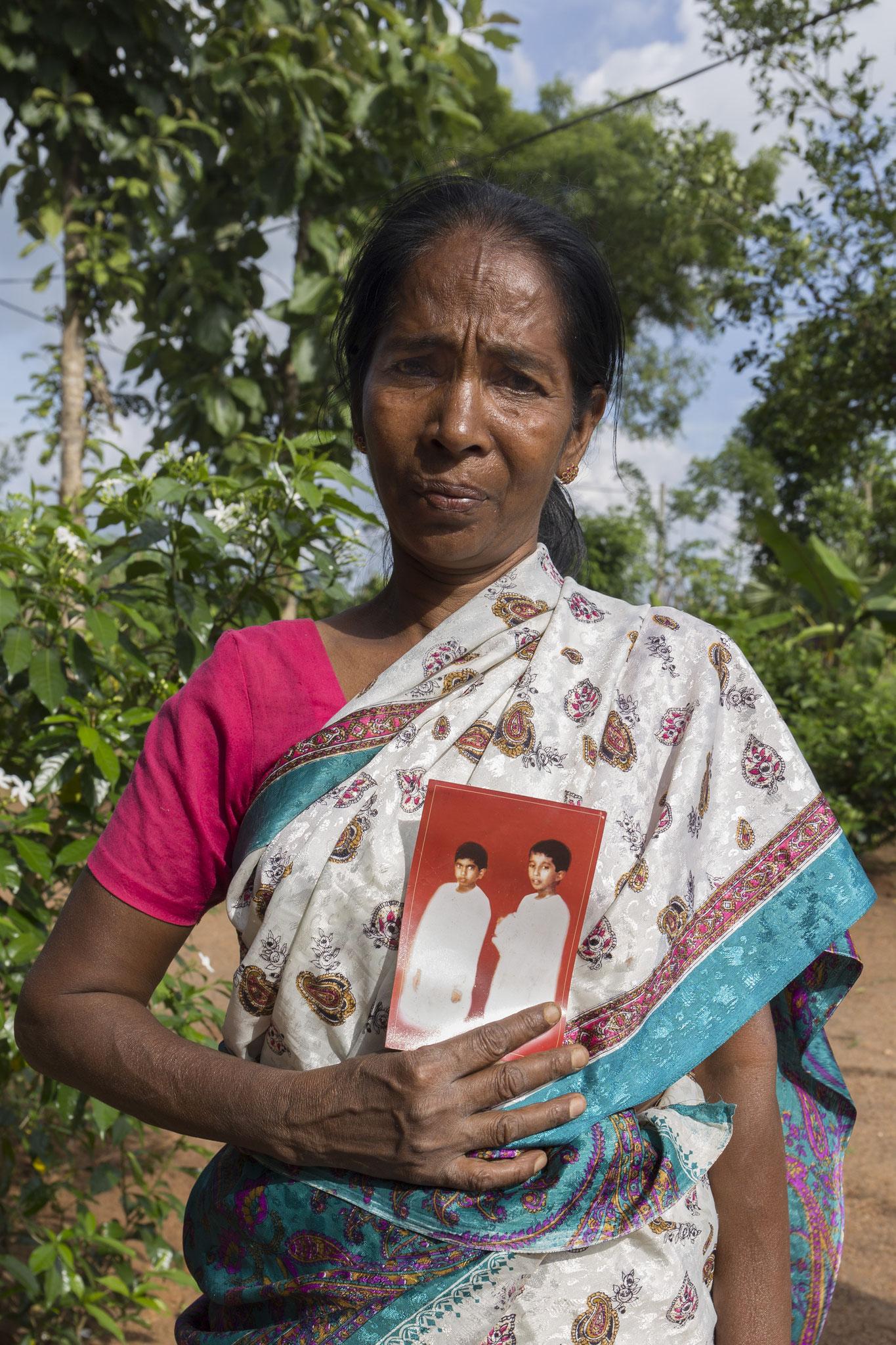 Annalaxmi hält ein Bild von ihren beiden vermissten Söhnen in der Hand. Vavuniya, 2018