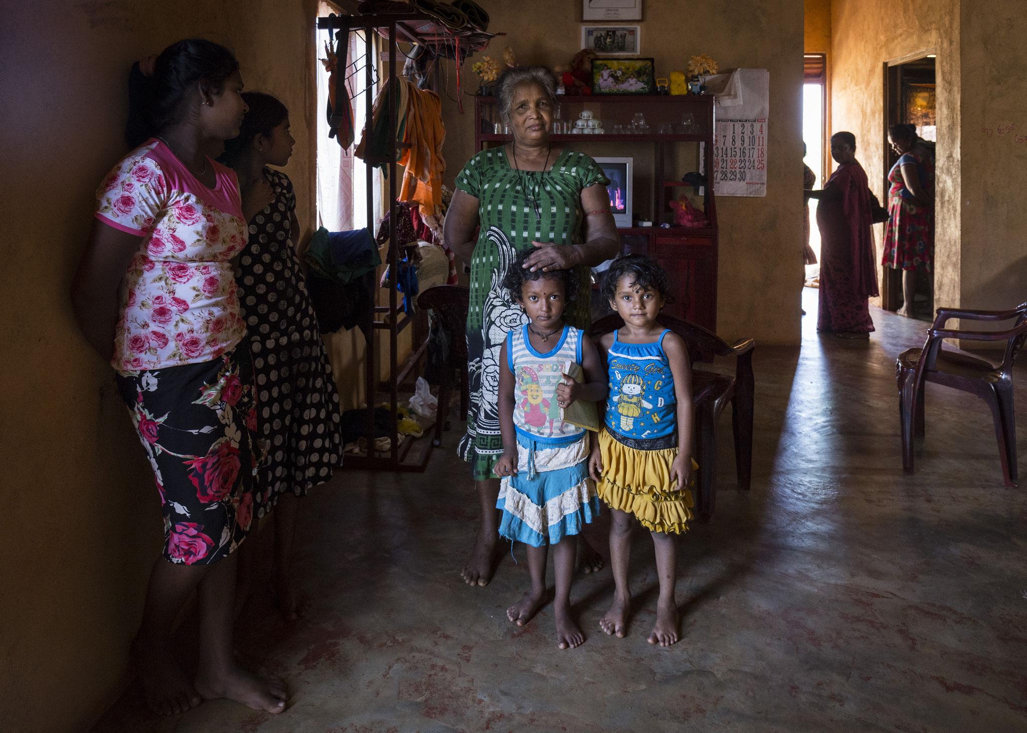Eine 12-köpfige Familie lebt zusammen in einem kleinen Haus mit drei Zimmern. Keerimalai, 2018