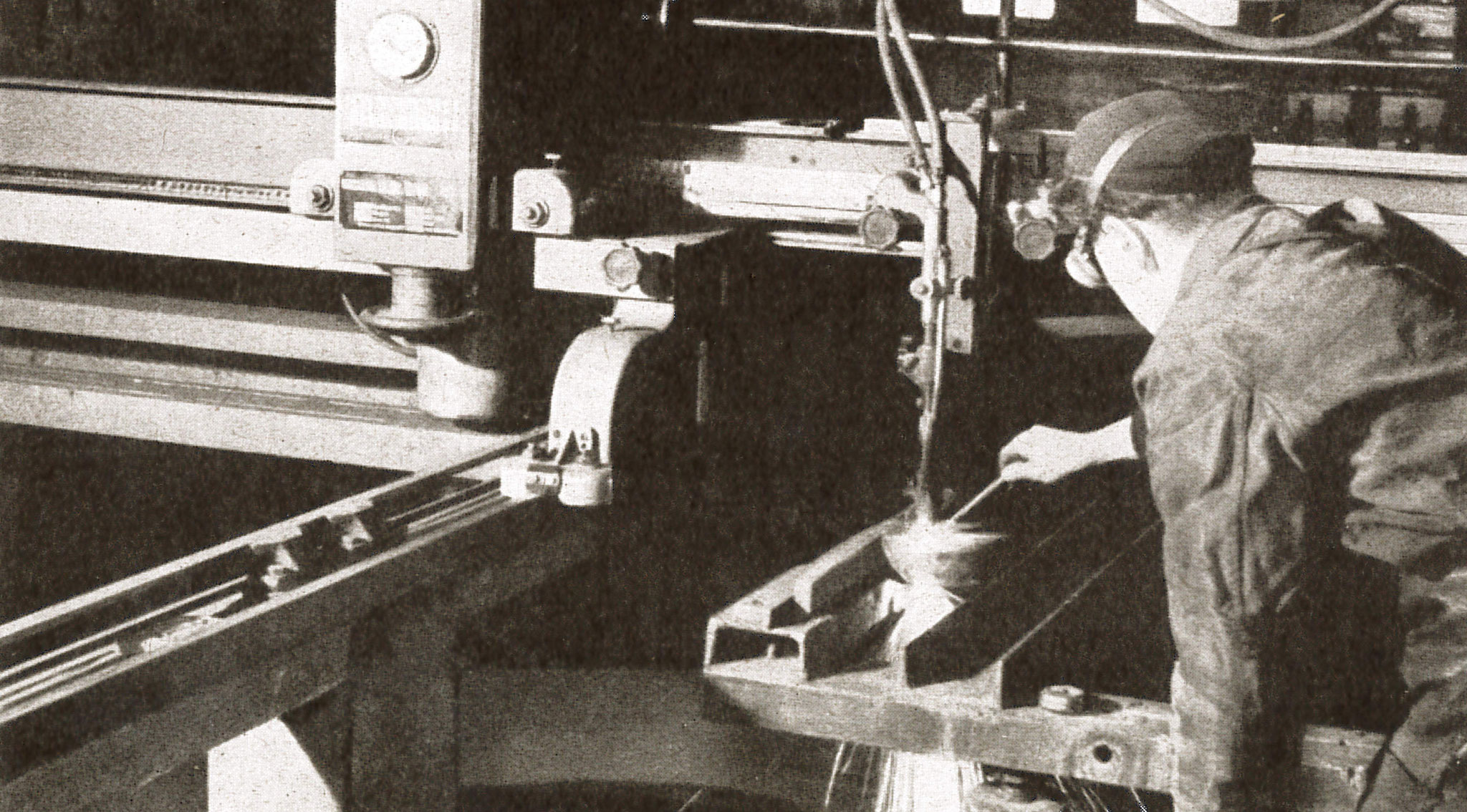 """Arbeit an der Polysek-Schneidmaschine (Quelle: """"50 Jahre RAW, 50 Jahre Arbeiterbewegung"""", Zwickau, 1958)"""