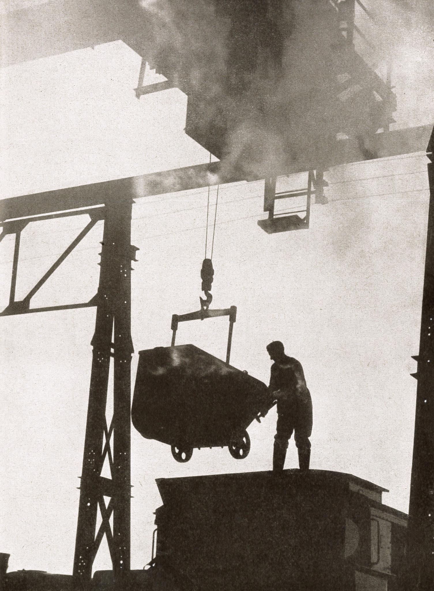 """Am Kohlenkran (Quelle: """"50 Jahre RAW, 50 Jahre Arbeiterbewegung"""", Zwickau, 1958 / Fotograf: Heinz Rogsch)"""