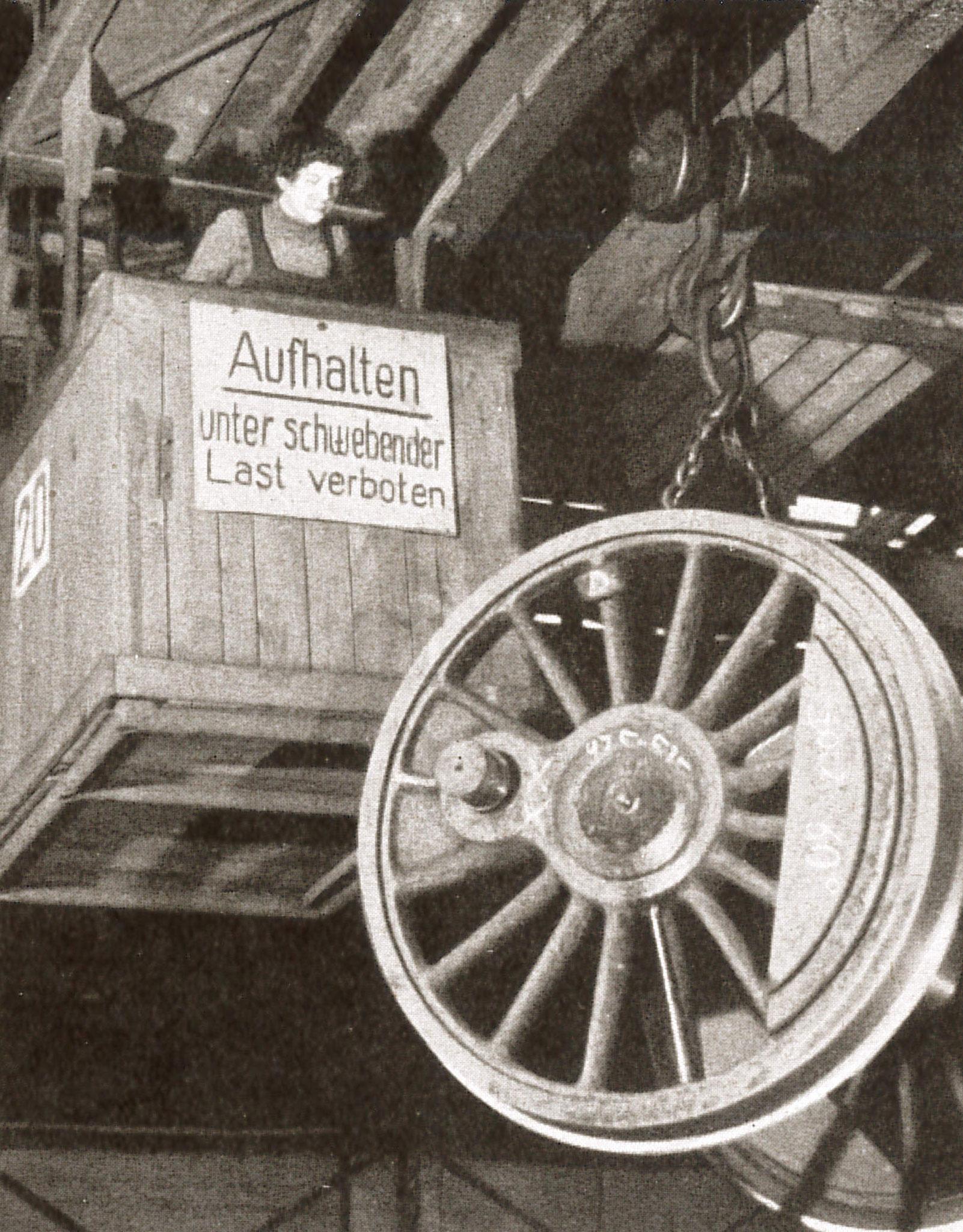 """Kranbahn in der Lokhalle mit Kranführerin (Quelle: """"50 Jahre RAW, 50 Jahre Arbeiterbewegung"""", Zwickau, 1958)"""