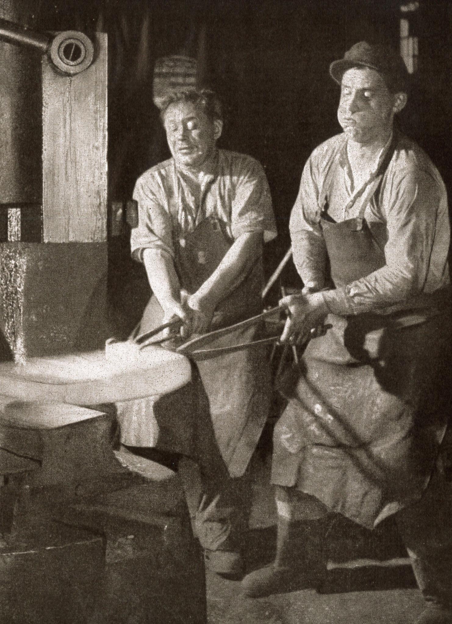 """Der Dampfhammer (Quelle: """"50 Jahre RAW, 50 Jahre Arbeiterbewegung"""", Zwickau, 1958 / Fotograf Rogisch-Tunger)"""