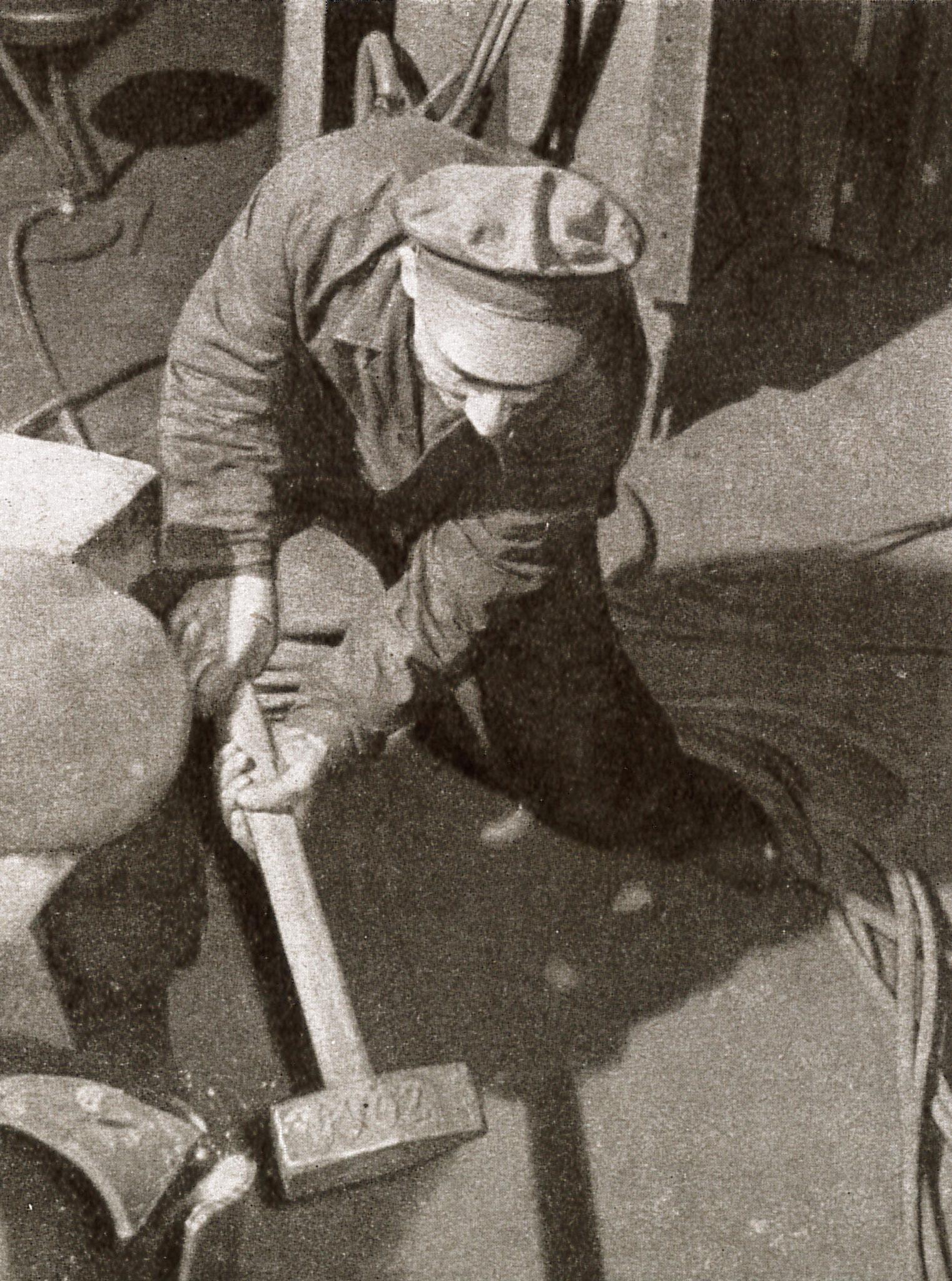 """Bearbeitung eines Zylinderteiles (Quelle: """"50 Jahre RAW, 50 Jahre Arbeiterbewegung"""", Zwickau, 1958)"""