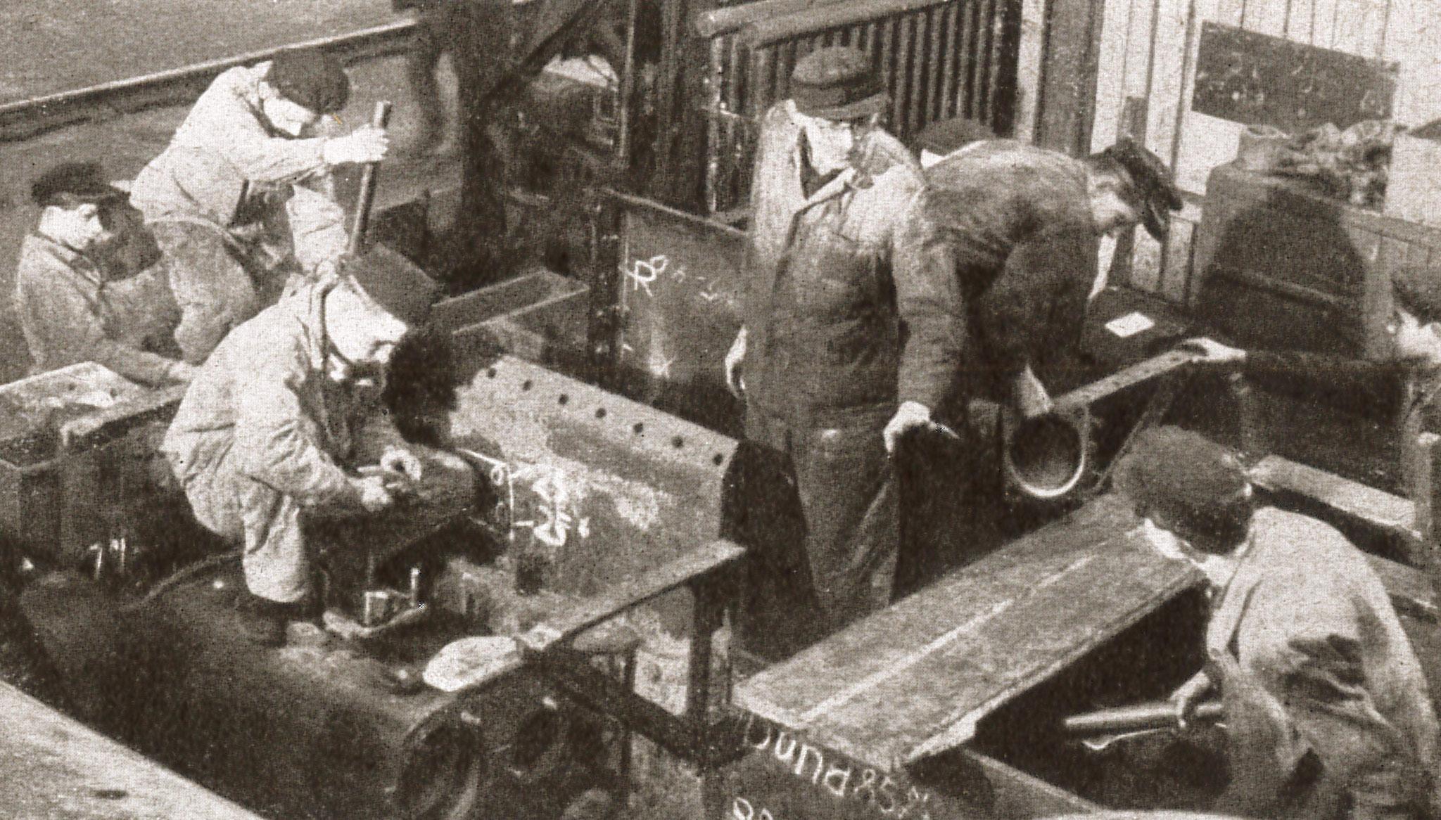 """Die Lehrmontage in der Produktion (Quelle: """"50 Jahre RAW, 50 Jahre Arbeiterbewegung"""", Zwickau, 1958)"""