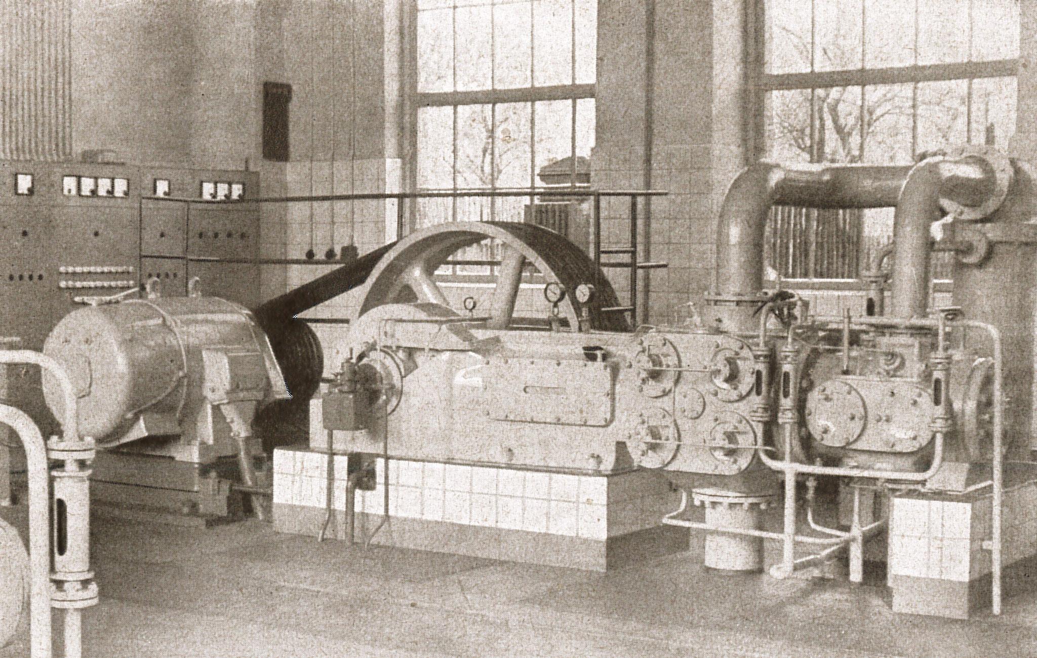 """Kompressorenanlage in der Kompressorhalle am Ostende des Werkes (Quelle: """"50 Jahre RAW, 50 Jahre Arbeiterbewegung"""", Zwickau, 1958)"""