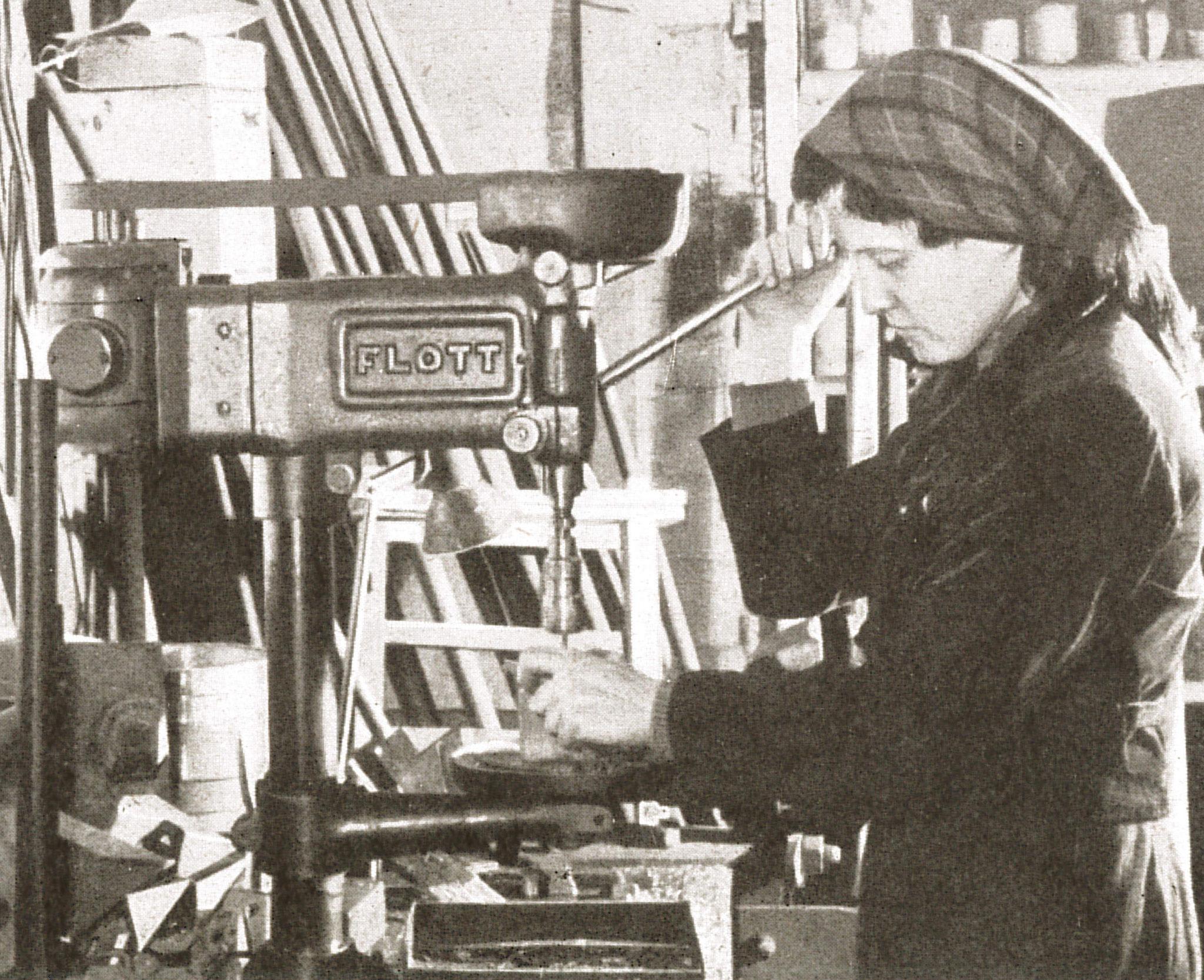 """Weibliche Arbeitskraft in den mechanischen Werkstätten (Quelle: """"50 Jahre RAW, 50 Jahre Arbeiterbewegung"""", Zwickau, 1958)"""