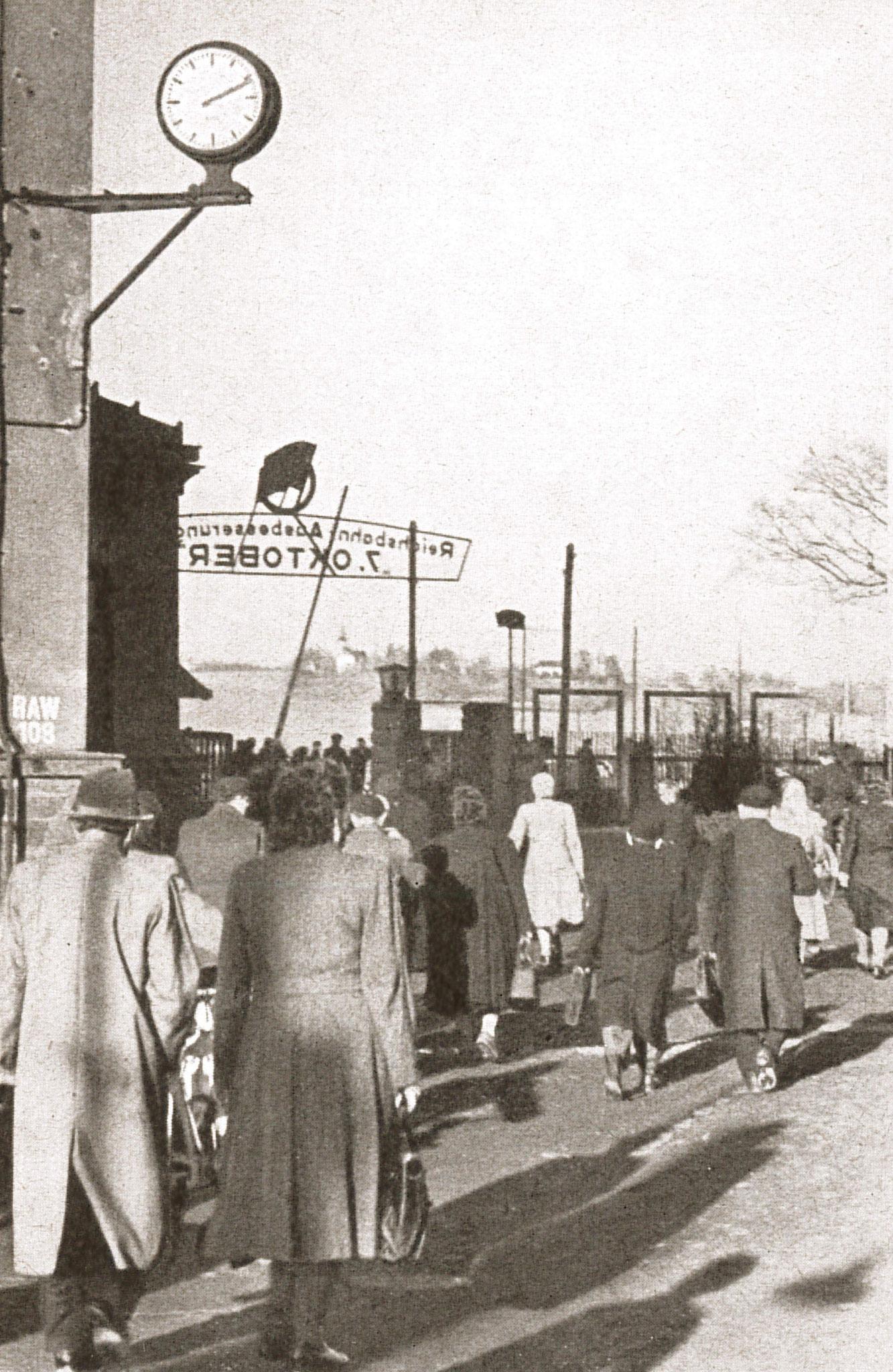"""Schichtende am Haupttor (Quelle: """"50 Jahre RAW, 50 Jahre Arbeiterbewegung"""", Zwickau, 1958)"""