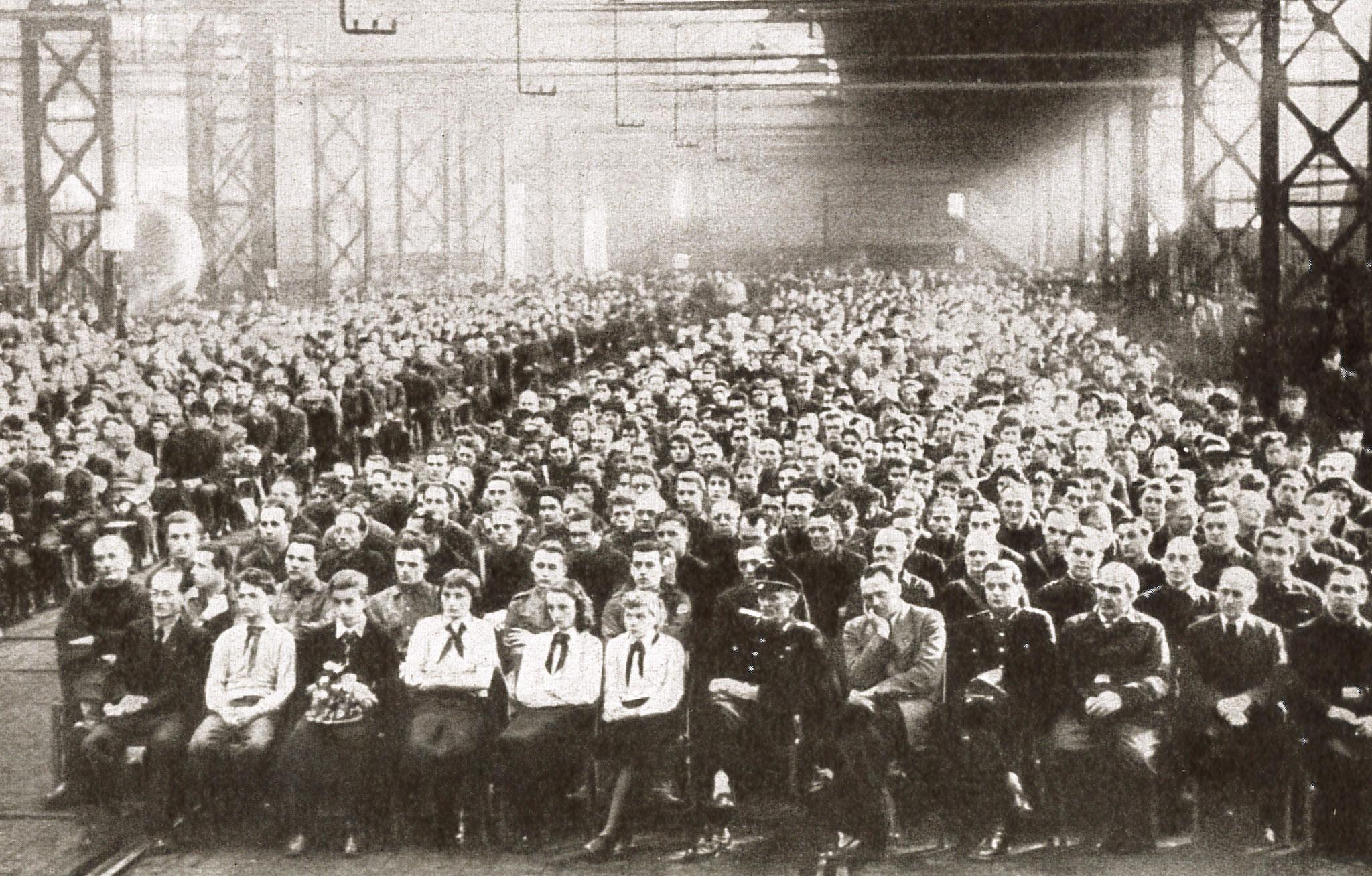 """Verleihung des """"Bahner der Arbeit"""" am 14.02.1958 in der Lokhalle (Quelle: """"50 Jahre RAW, 50 Jahre Arbeiterbewegung"""", Zwickau, 1958)"""
