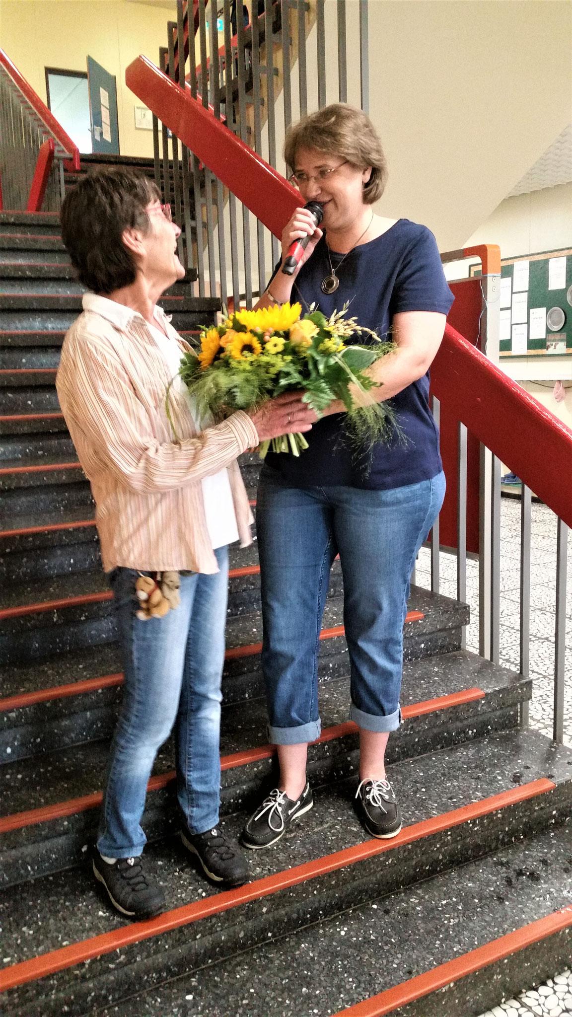 Auch Frau Fleitmann erhält zu ihrem Abschied einen Blumenstrauß.
