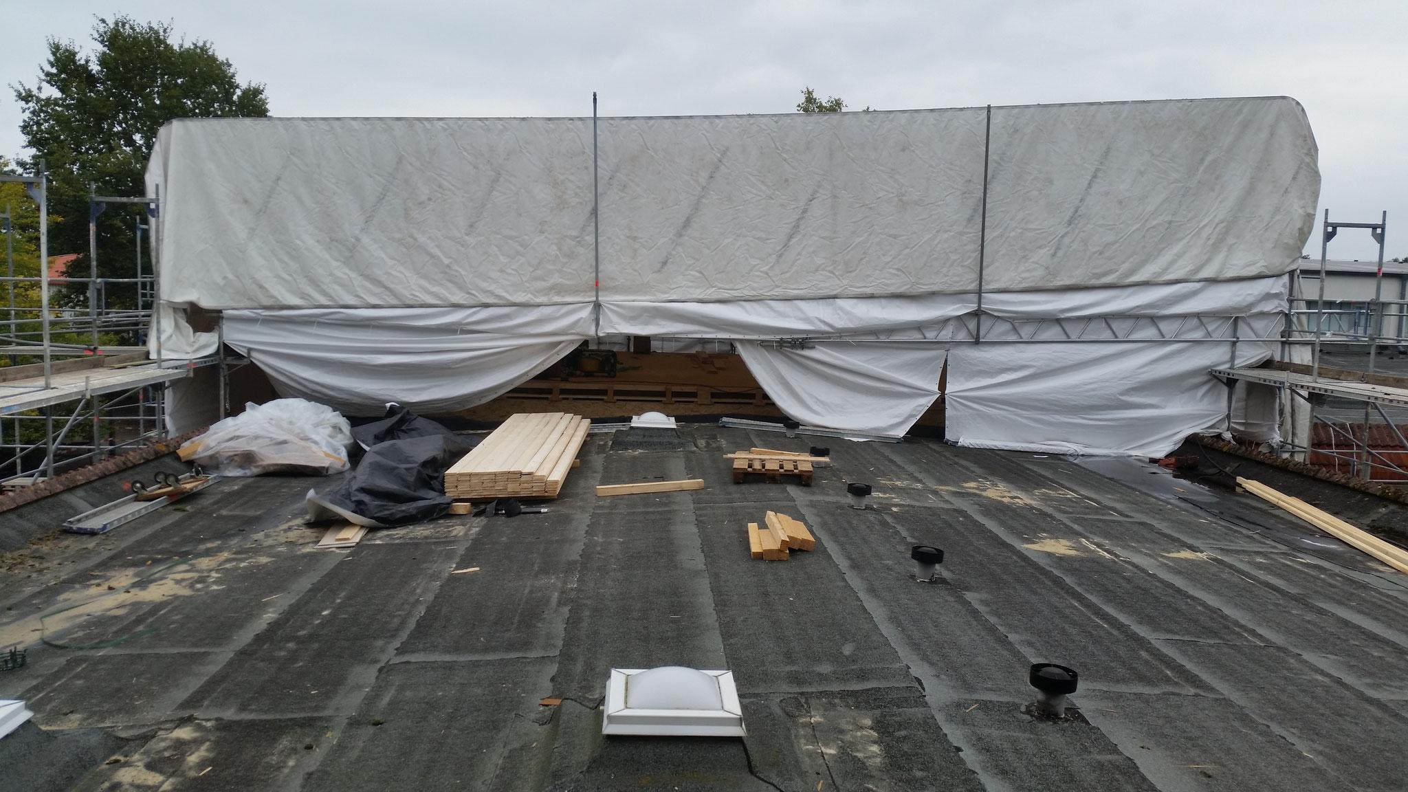 1. Bauabschnitt: Das alte Dach in Etappen abtragen.