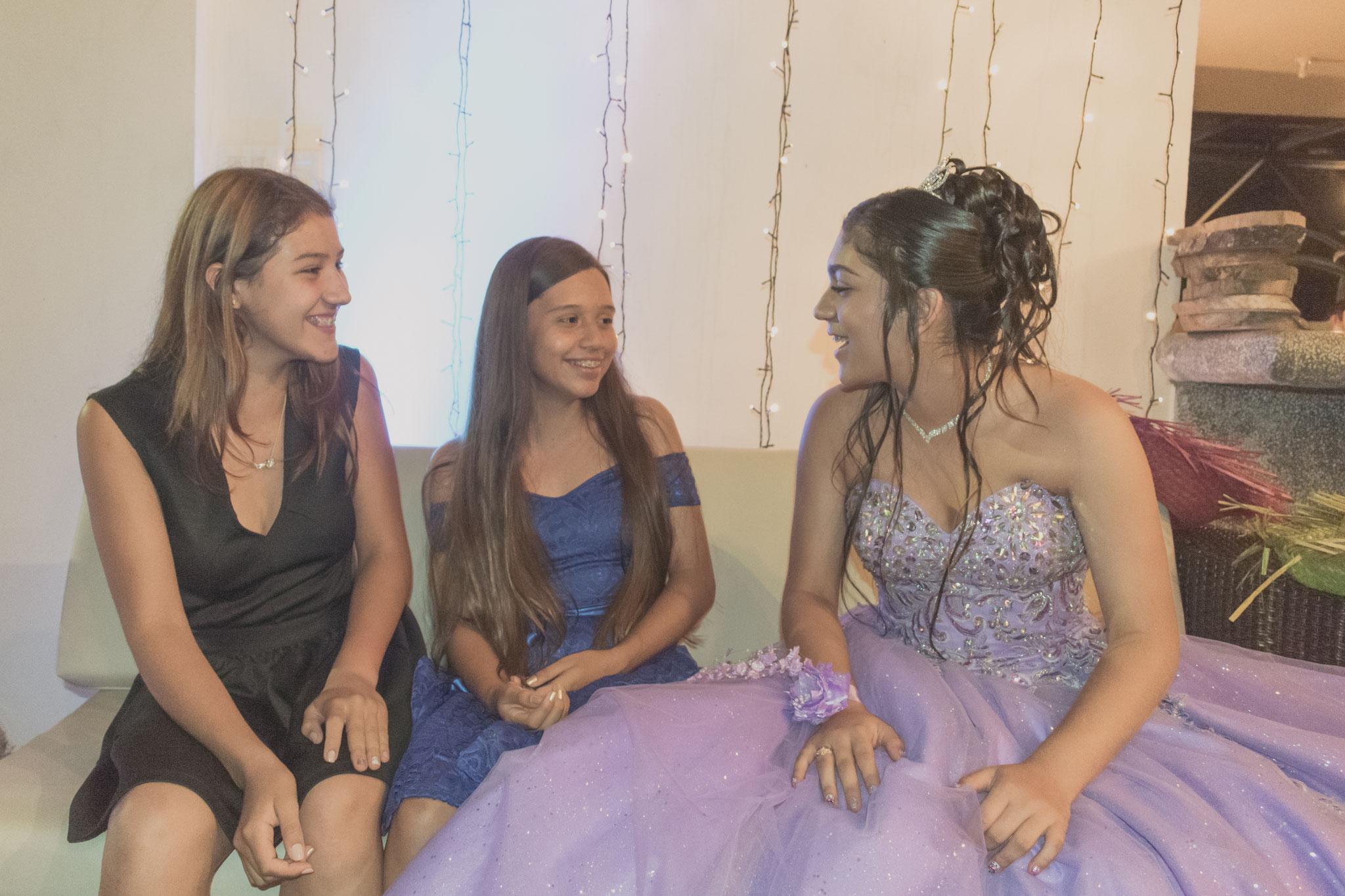 Quinceañera con amigas - Fotografía de quince años