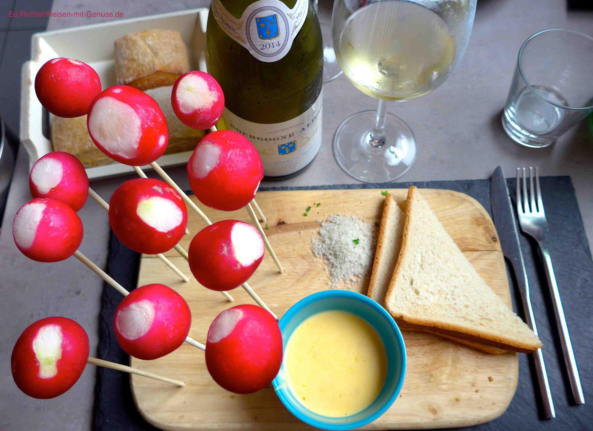 Witzige Idee: Die Radieschen am Spieß taucht man in den warmen Käse