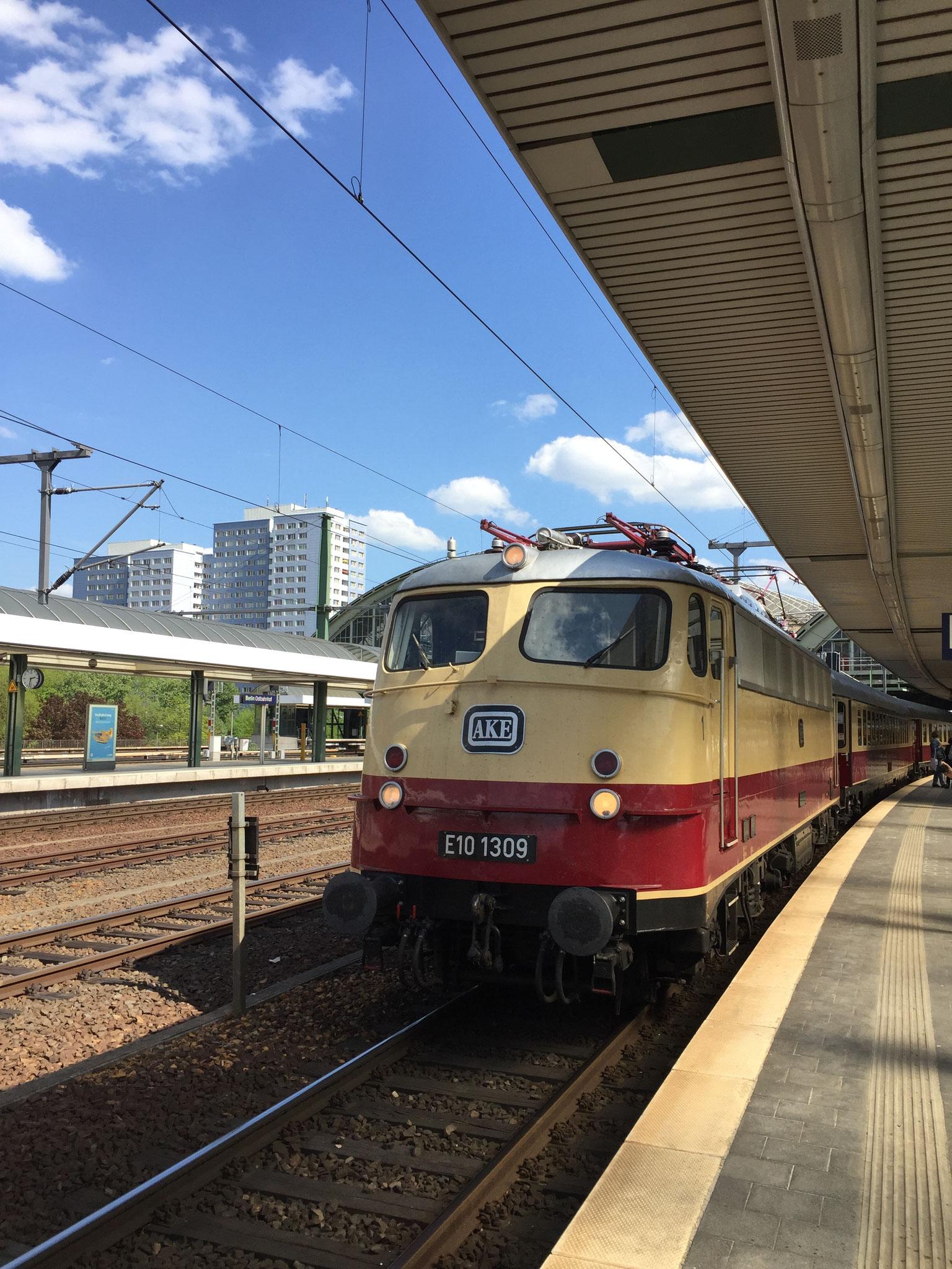 In ihrer alten Farbgebung wird die E10 (BR 103) den Zug mit möglichen 200 km/h ziehen.