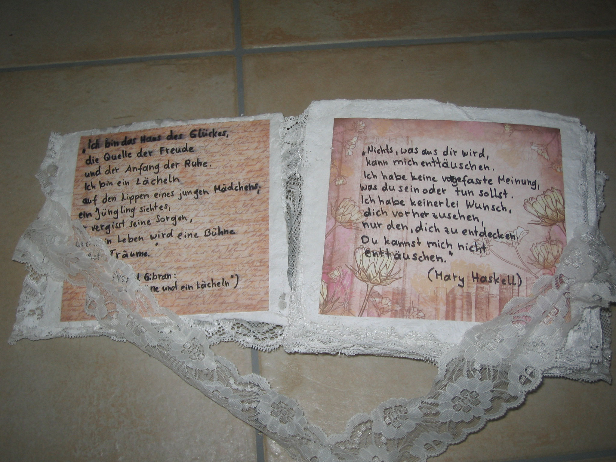 Concertina-Buch poems (Gips, Collage, Wachs)