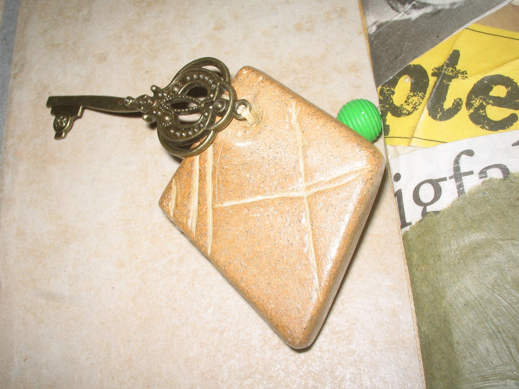 Buchanhänger: selbst gearbeiteter Speckstein mit Perle und Schlüssel