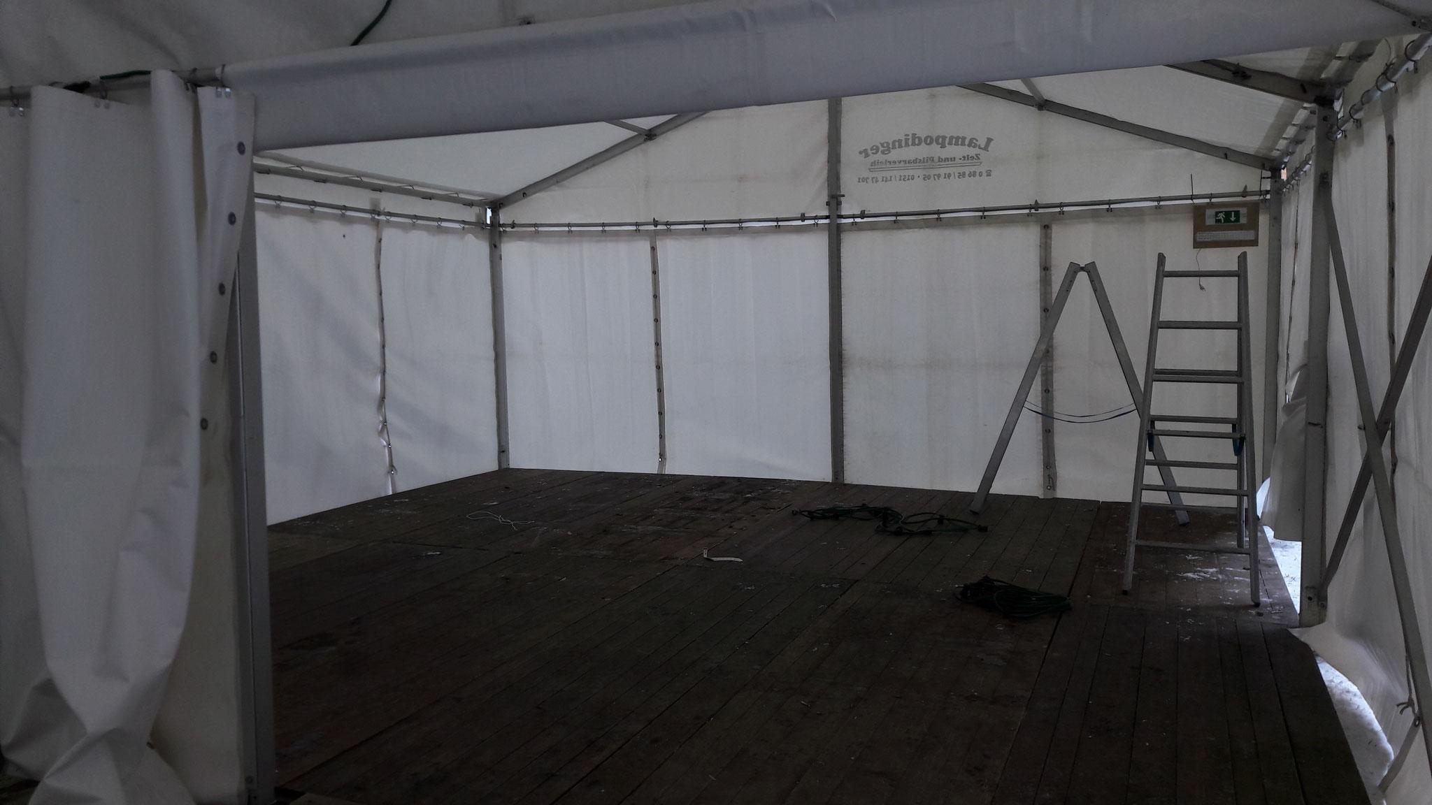 Das Zelt steht.