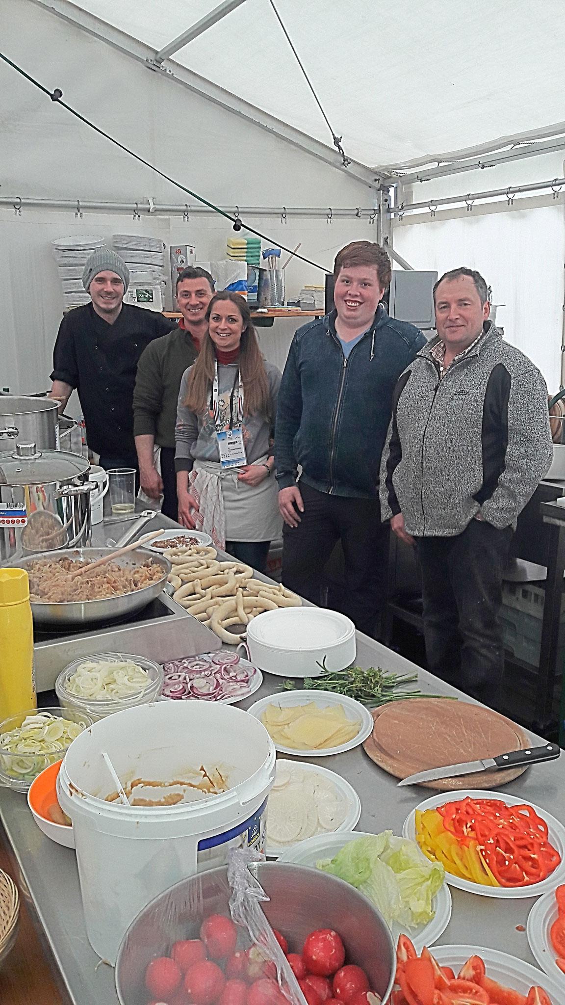 Sepp, Hansi, Ketty und Valentino und last but not least unser Koch Manfred. Die Crew zur zweiten Halbzeit ebenfalls mehr als ein Glücksgriff!