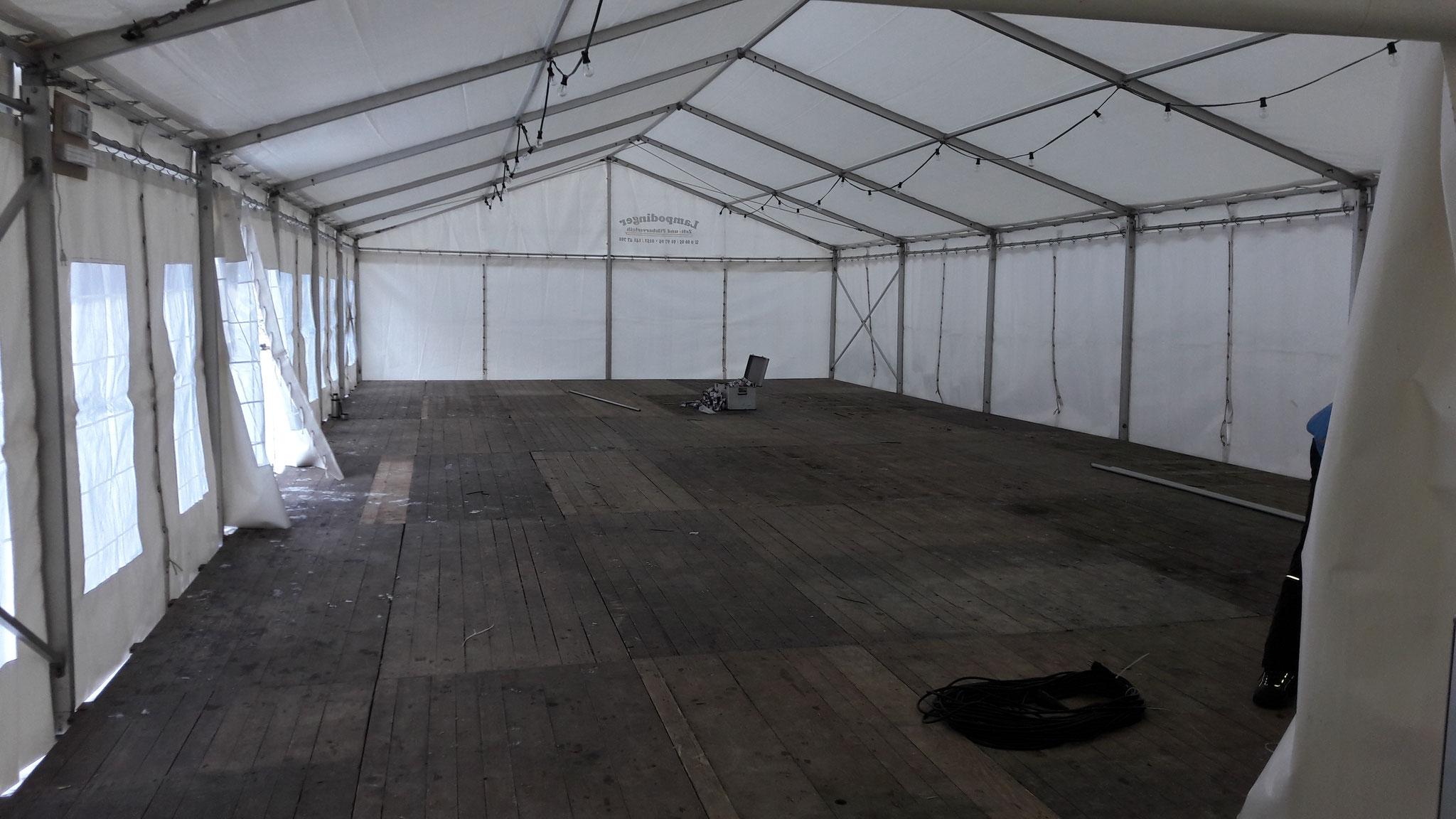 Das Zelt umfaasst bis zu 300 Personen.