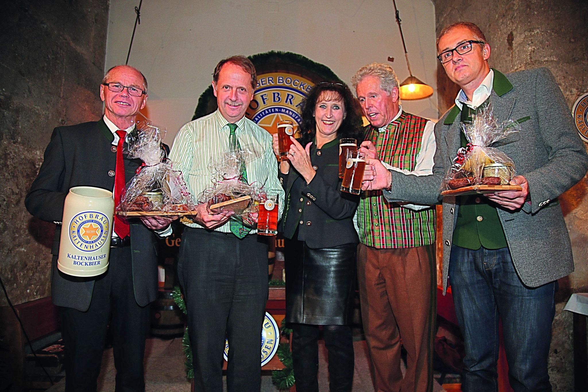 V.l.n.r.: LH.Stellvertr. Dr. Christian Stöckl;  Generaldirektor Markus Liebl; Caroline Hubble; Moderator Philip Meikl; Sie bekamen alle als Präsent eine bierige Brotzeit. Natürlich hergestellt mit dem köstlichen Gebräu von Kaltenhausen!