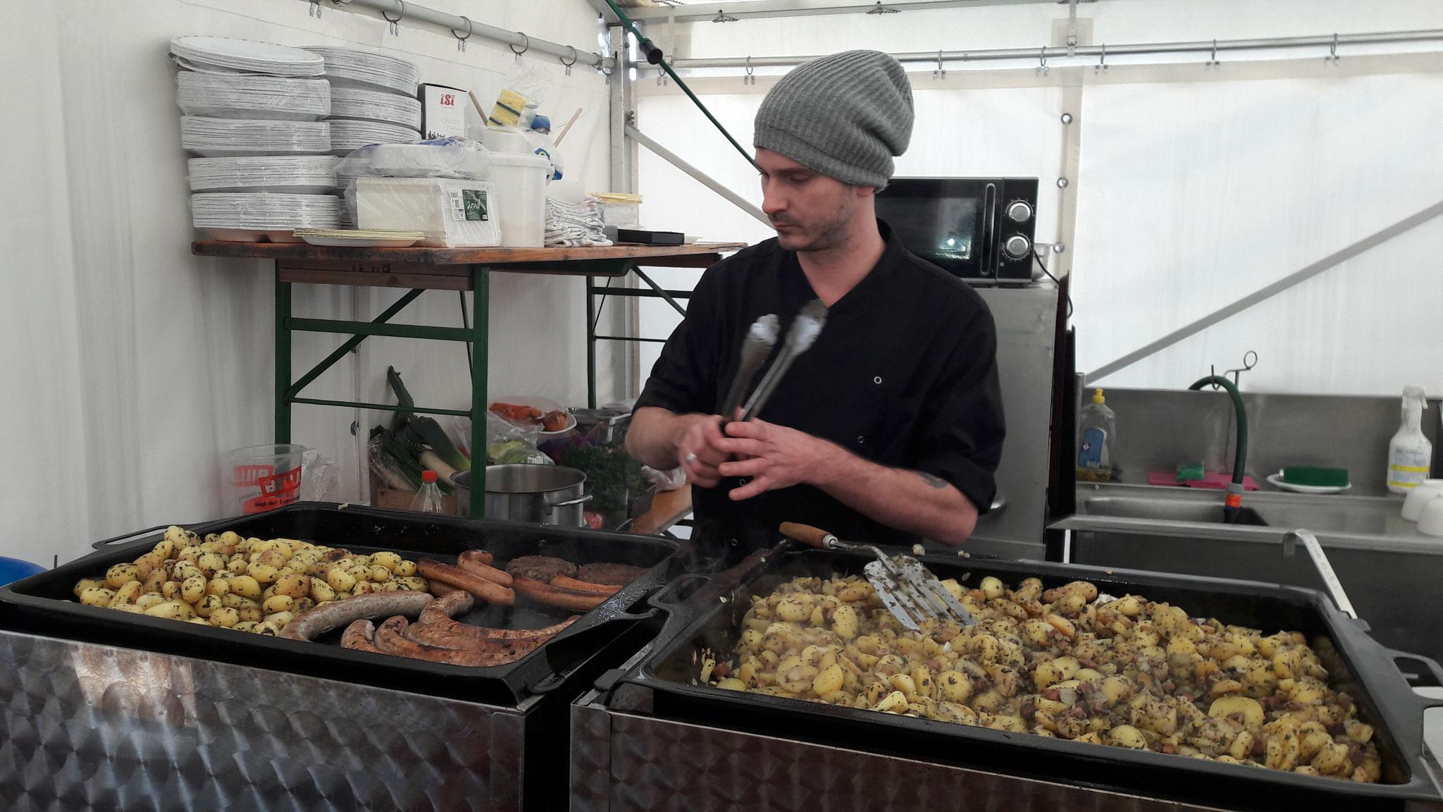 Bierbratwürste, Bierburger und Gröstl werden vorbereitet.