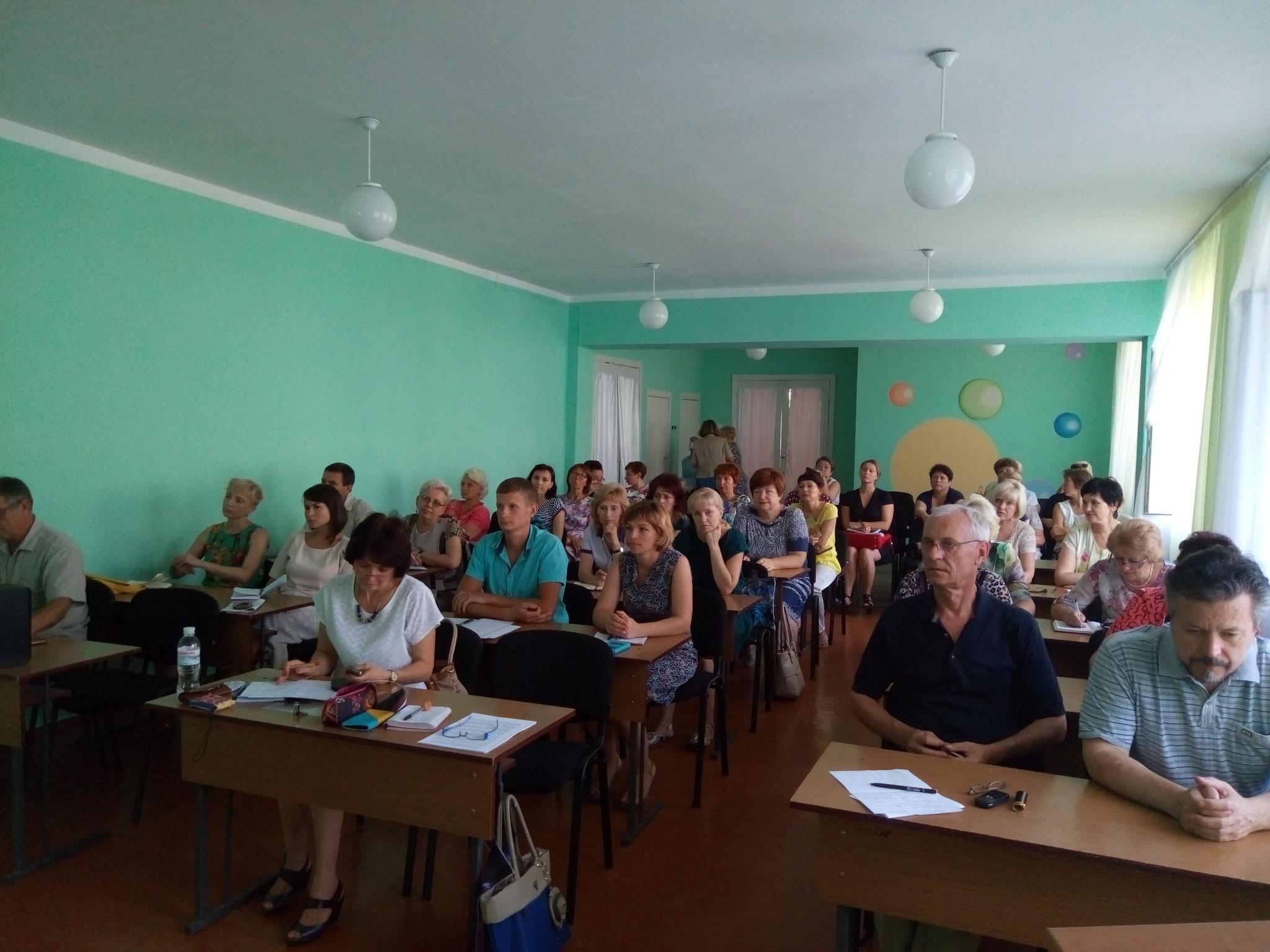 Вчителі уважно слухають колег з ДОІППО