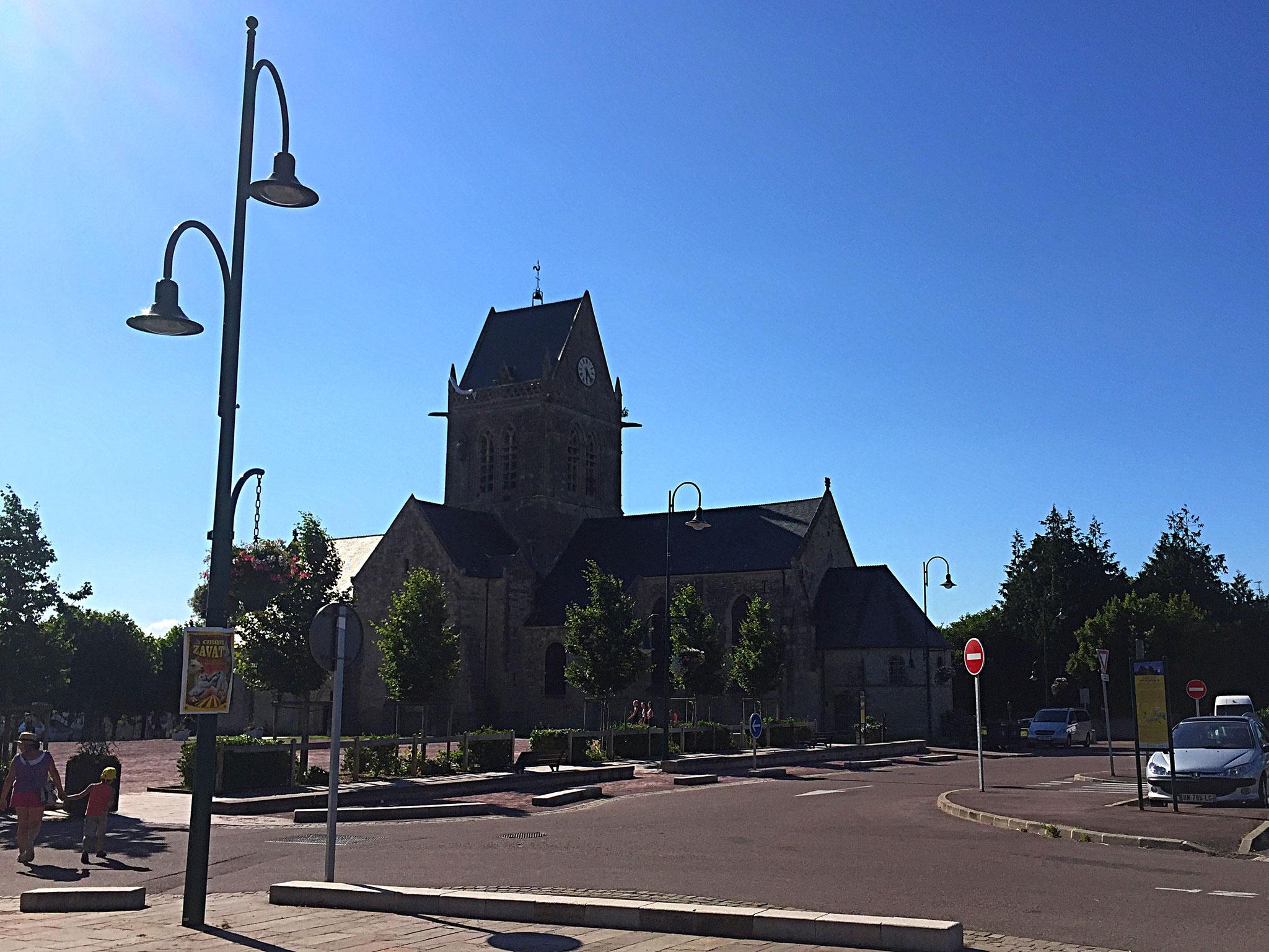 An der berühmten Kirche von Ste-Mere-Eglise hängt bis heute ein Fallschirm-Tuch... auch wenn die Geschichte dazu laut Geschichtsbuch eine Legende ist.