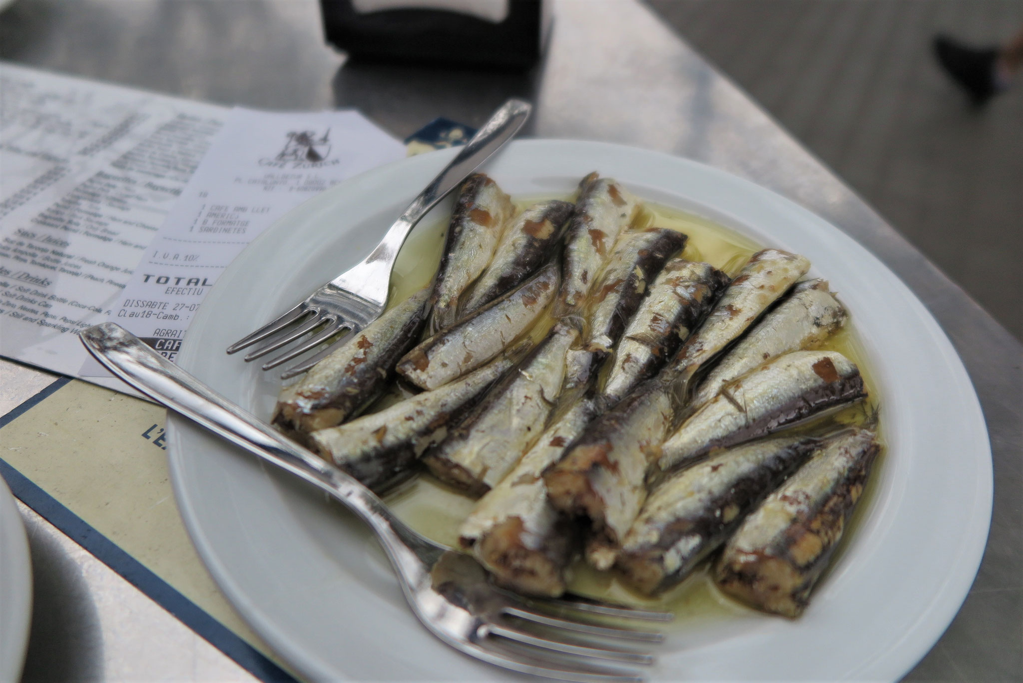 Jetzt heissen die Tapas auch Tapas. Sardellen zum Frühstück in Barcelona.
