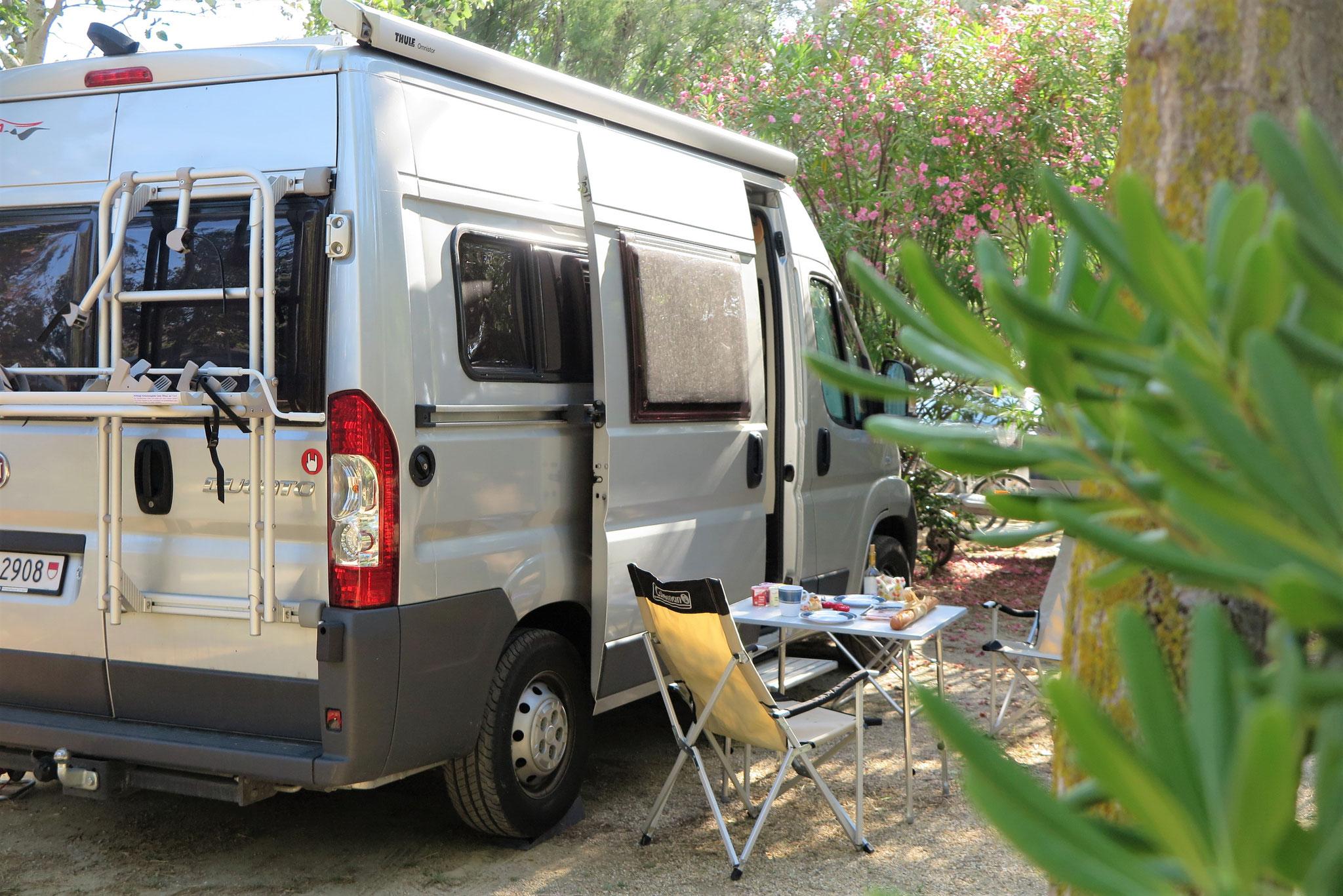 Von Hafendorf zu Tourismus-Beach und zurück: Campingplatz in Port Leucate.