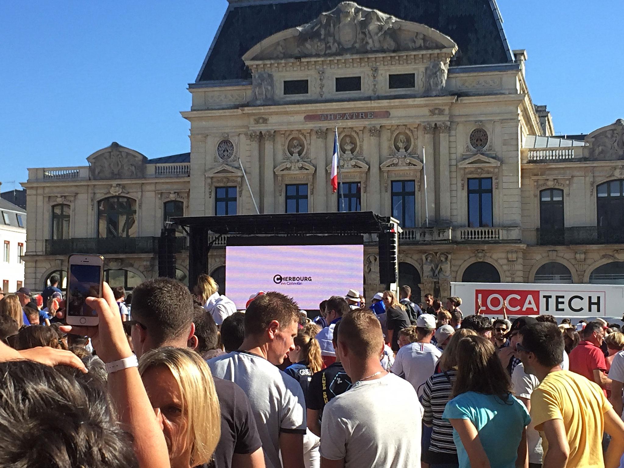 Cherbourg, vor dem Rathaus am Finalabend: Tausende feierten hier später den Weltmeister-Titel ziemlich euphorisch....