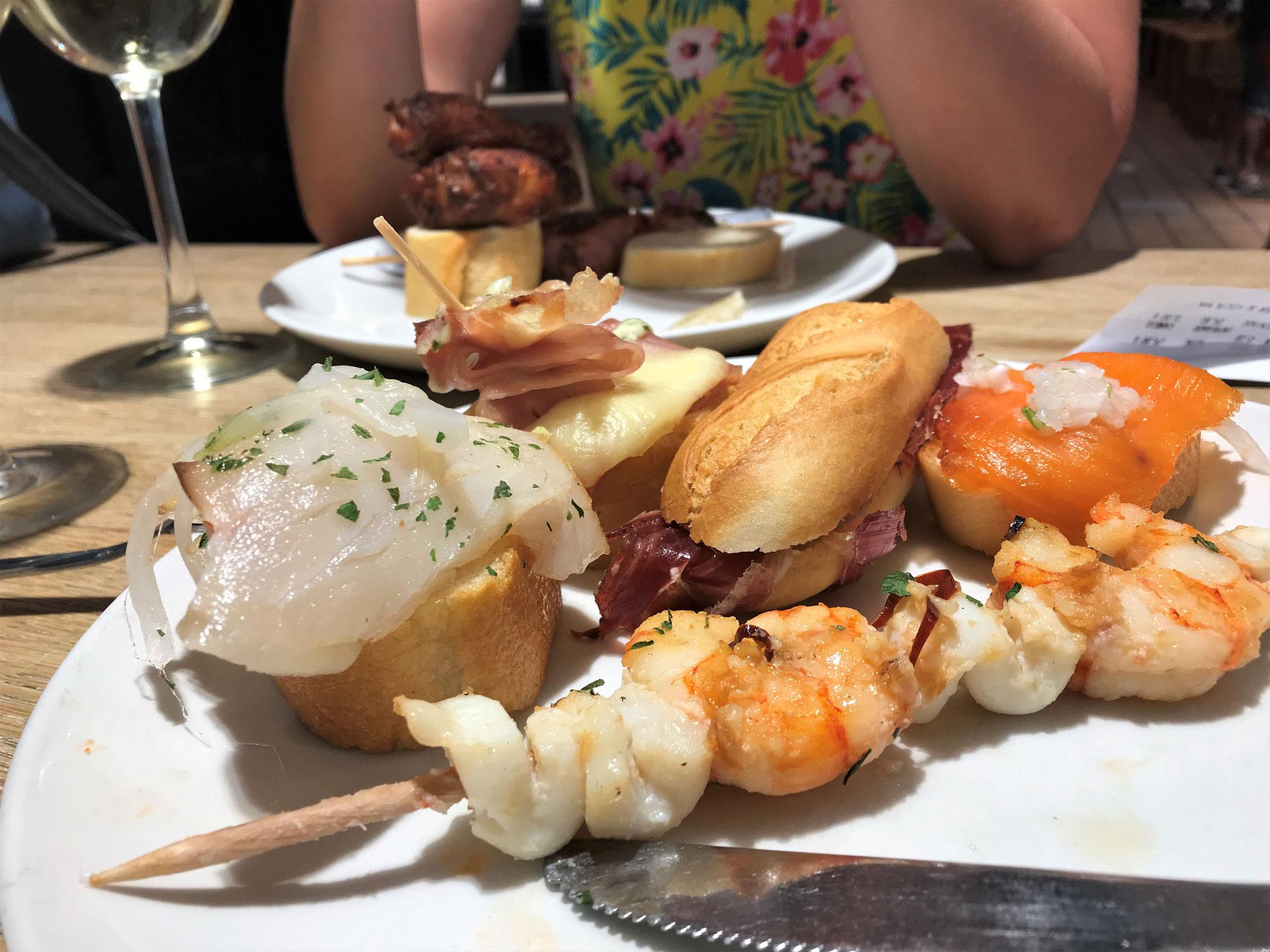 In der Altstadt von Donostia gibt es unglaublich feine Tapas, die hier aber Pintxos heissen.