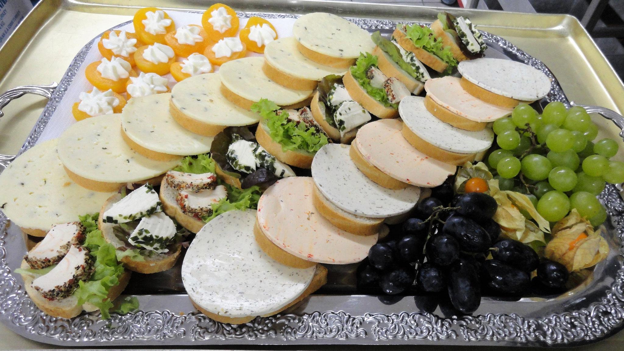 Käseplatte und gefüllte Aprikosen