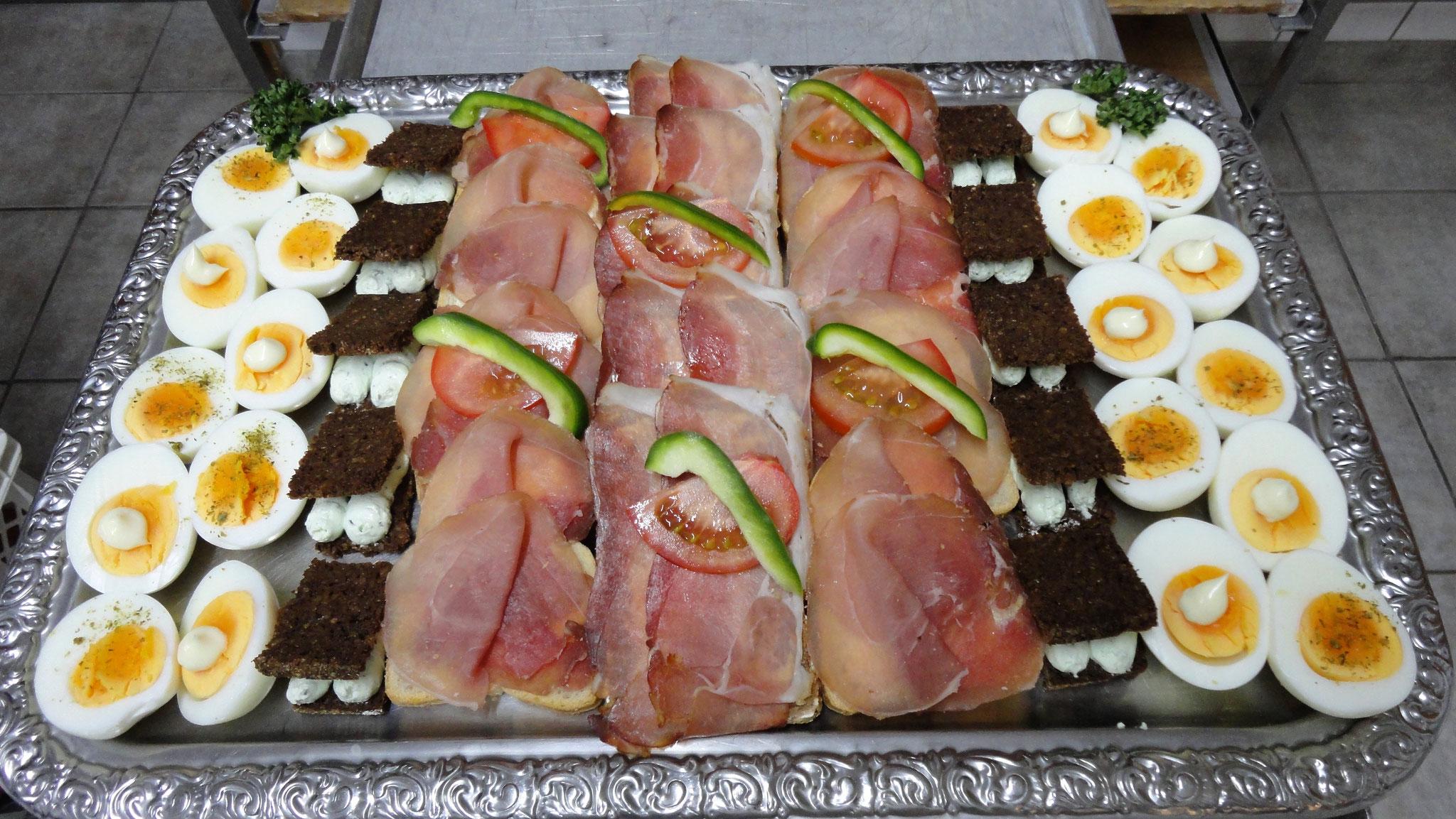 Aufschnittplatte mit Eihälften und Schwarzbrot mit selbstgemachter Creme