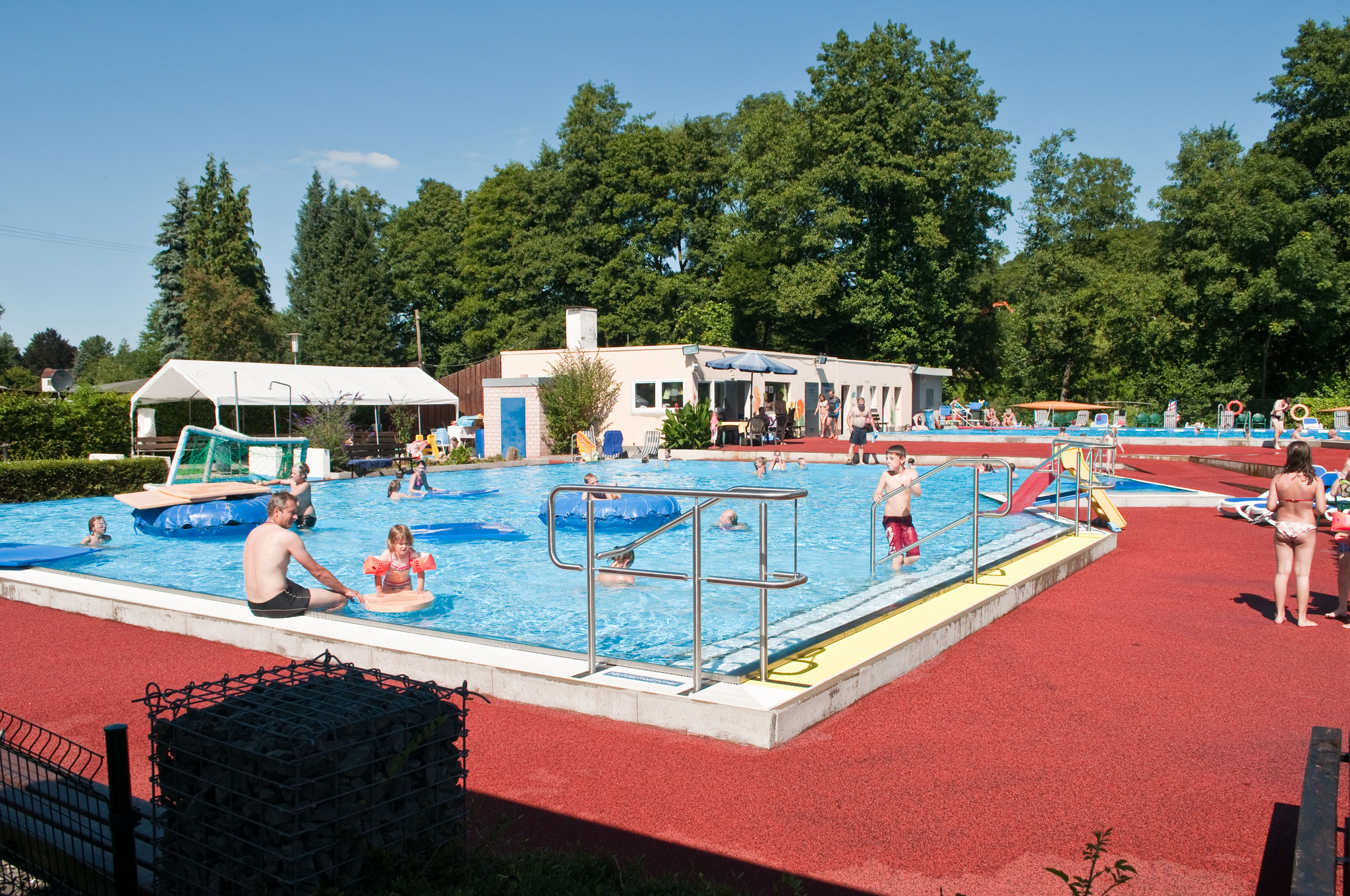 Zwembad welkom bij camping koerperich - Zwembad omgeving ...