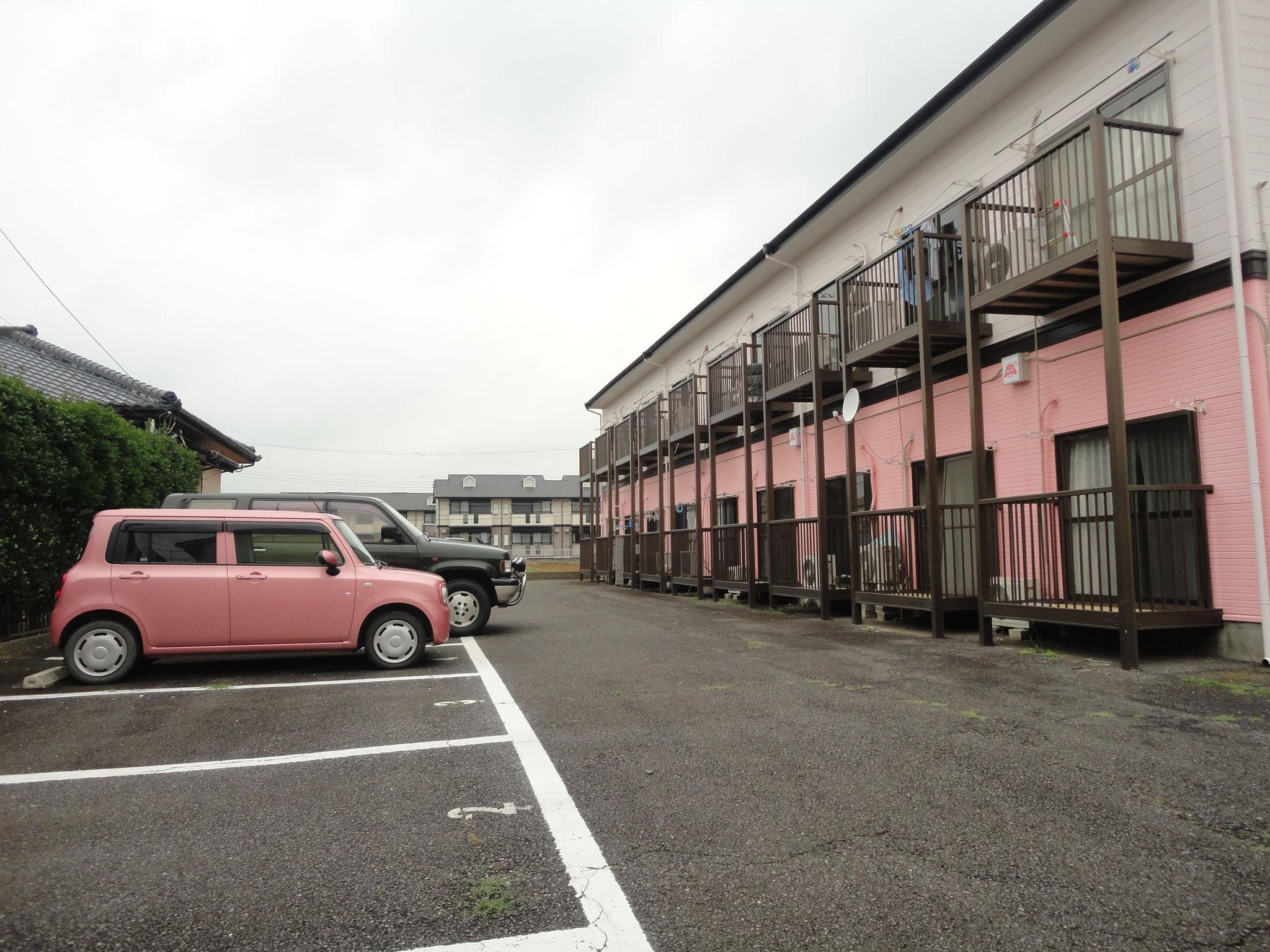 駐車場と建物外観
