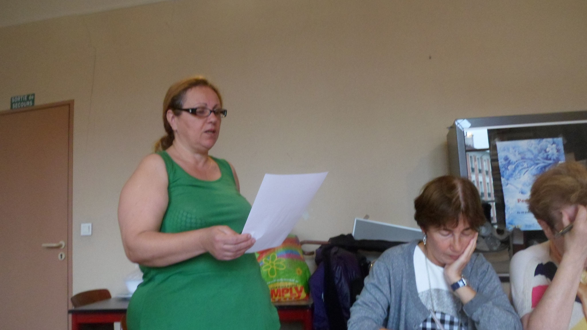 Lecture du rapport comptable par Manuela comptable adjointe