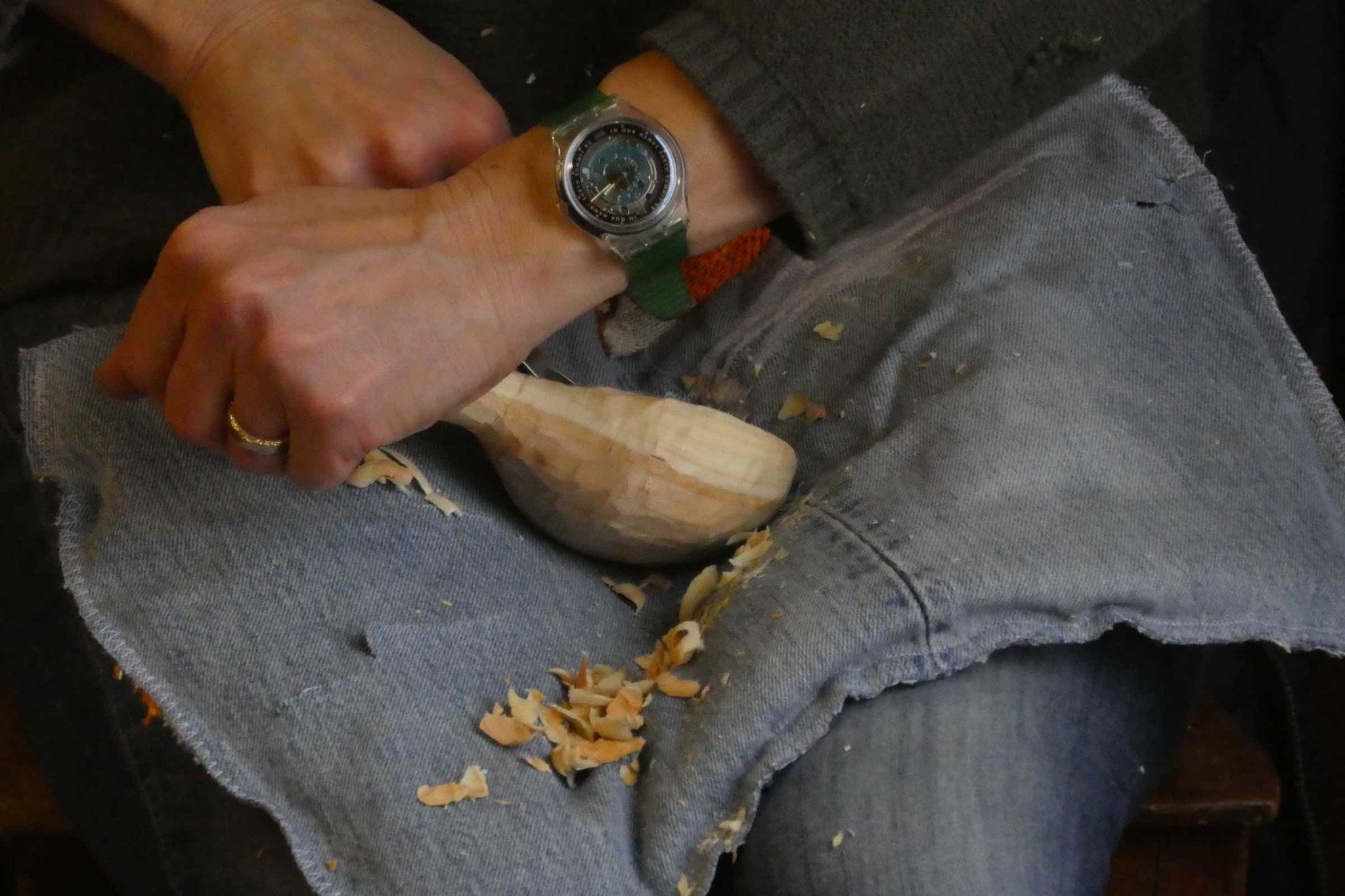 Die Arbeiten werden vor allem auf den Knien, respektive auf dem Schnätzkissi gemacht