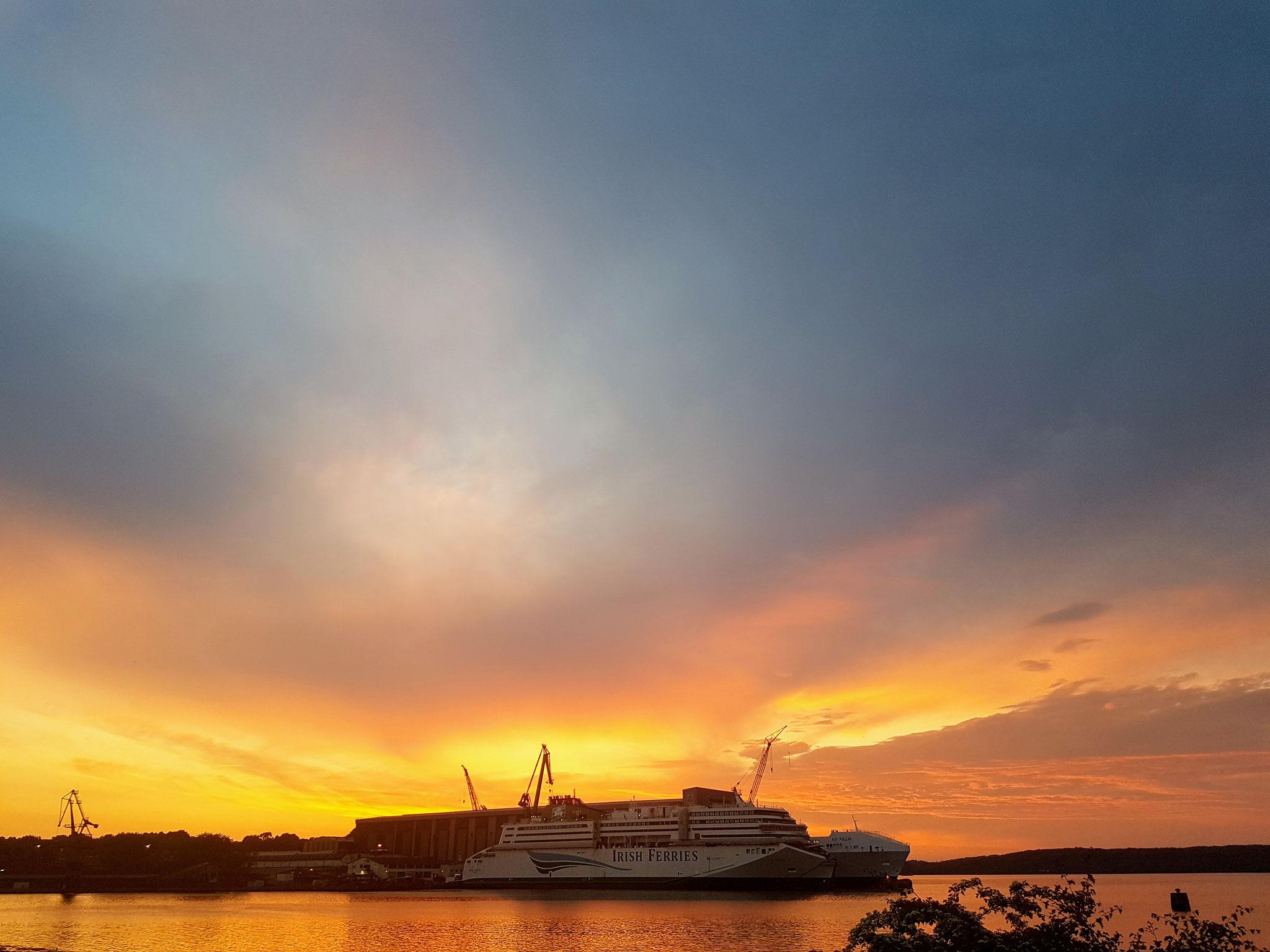 Aussicht von unserem Stellplatz in Flensburg. Nein, es brennt nicht. Das ist der Sonnenuntergang....