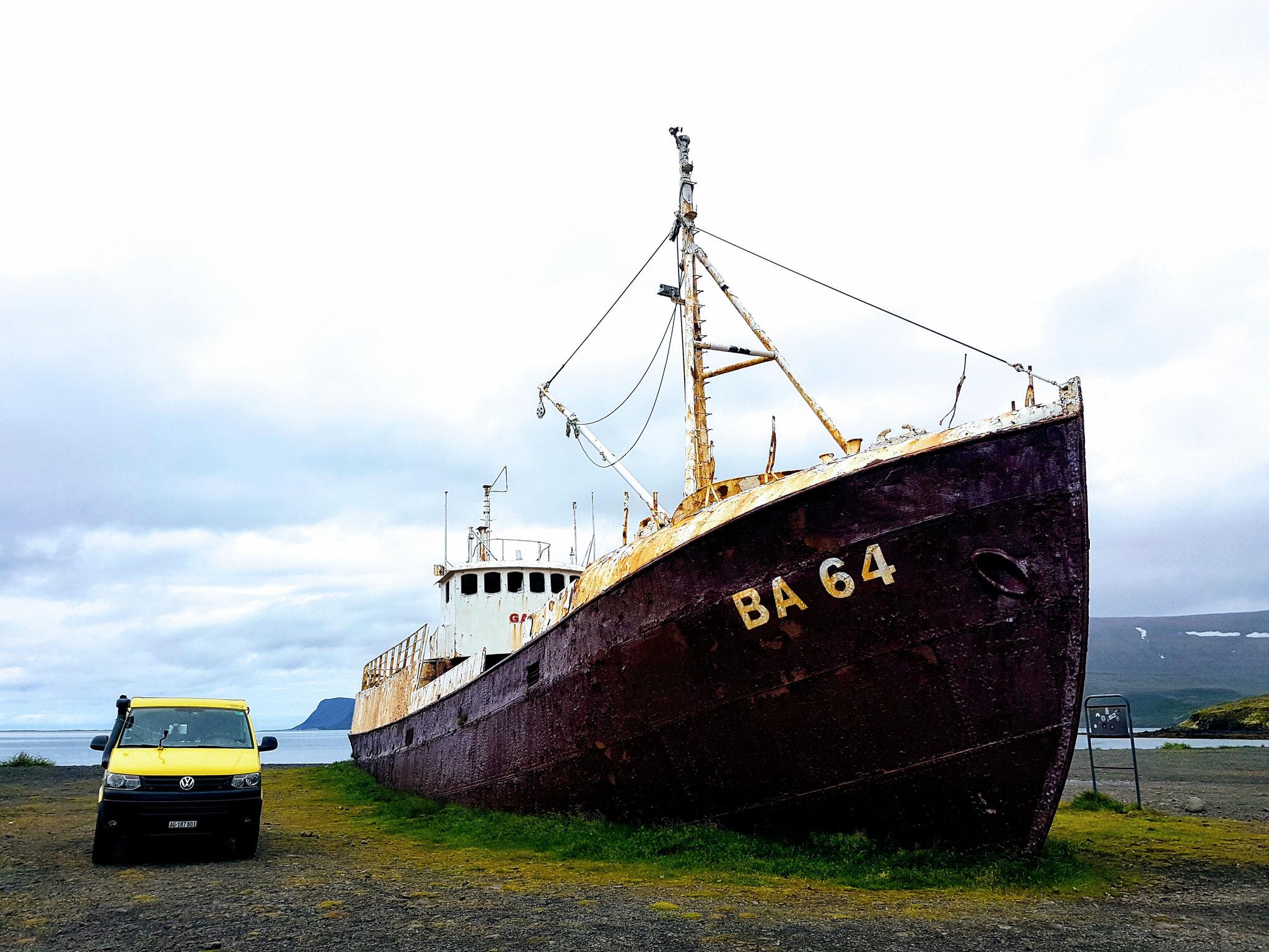 Das alte Schiffswrack auf dem Weg nach Latrabjarg